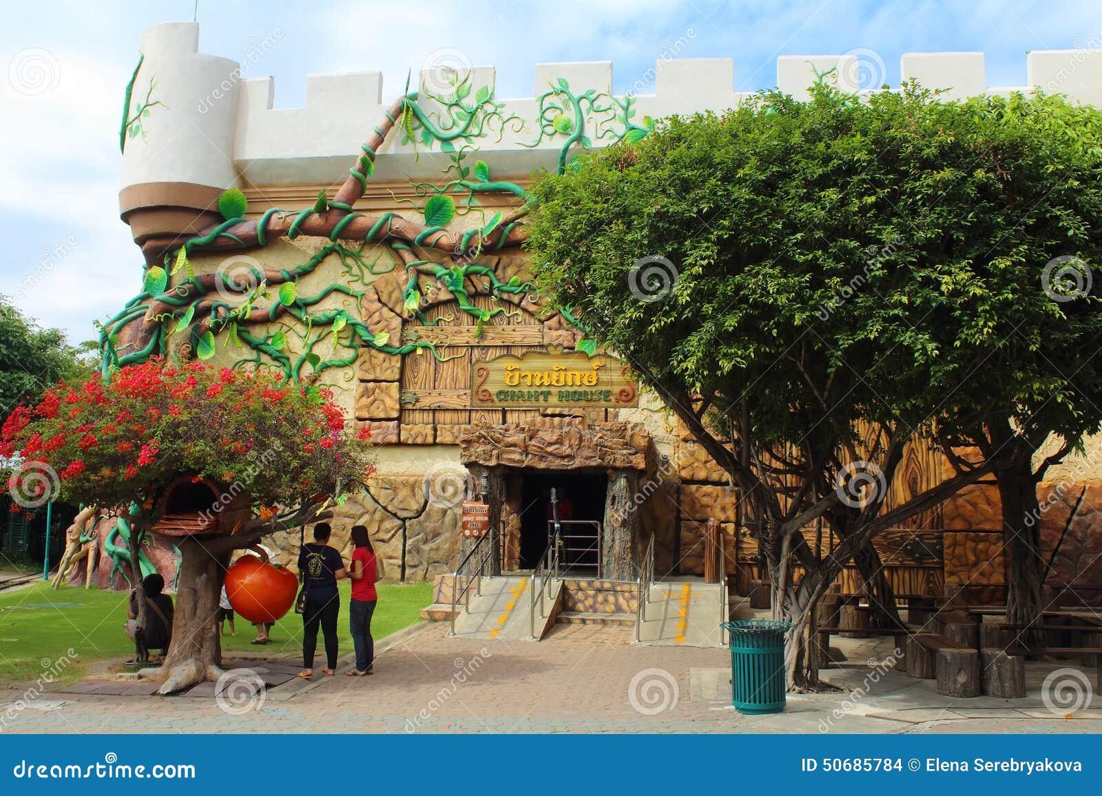 Download 巨型议院 曼谷梦想公园世界 编辑类库存图片. 图片 包括有 招待, 童话, 巨型, 神仙, 庭院, 娱乐 - 50685784