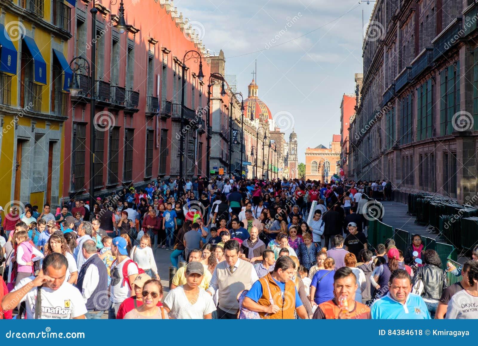 巨大的人群和五颜六色的大厦在墨西哥城的历史的中心
