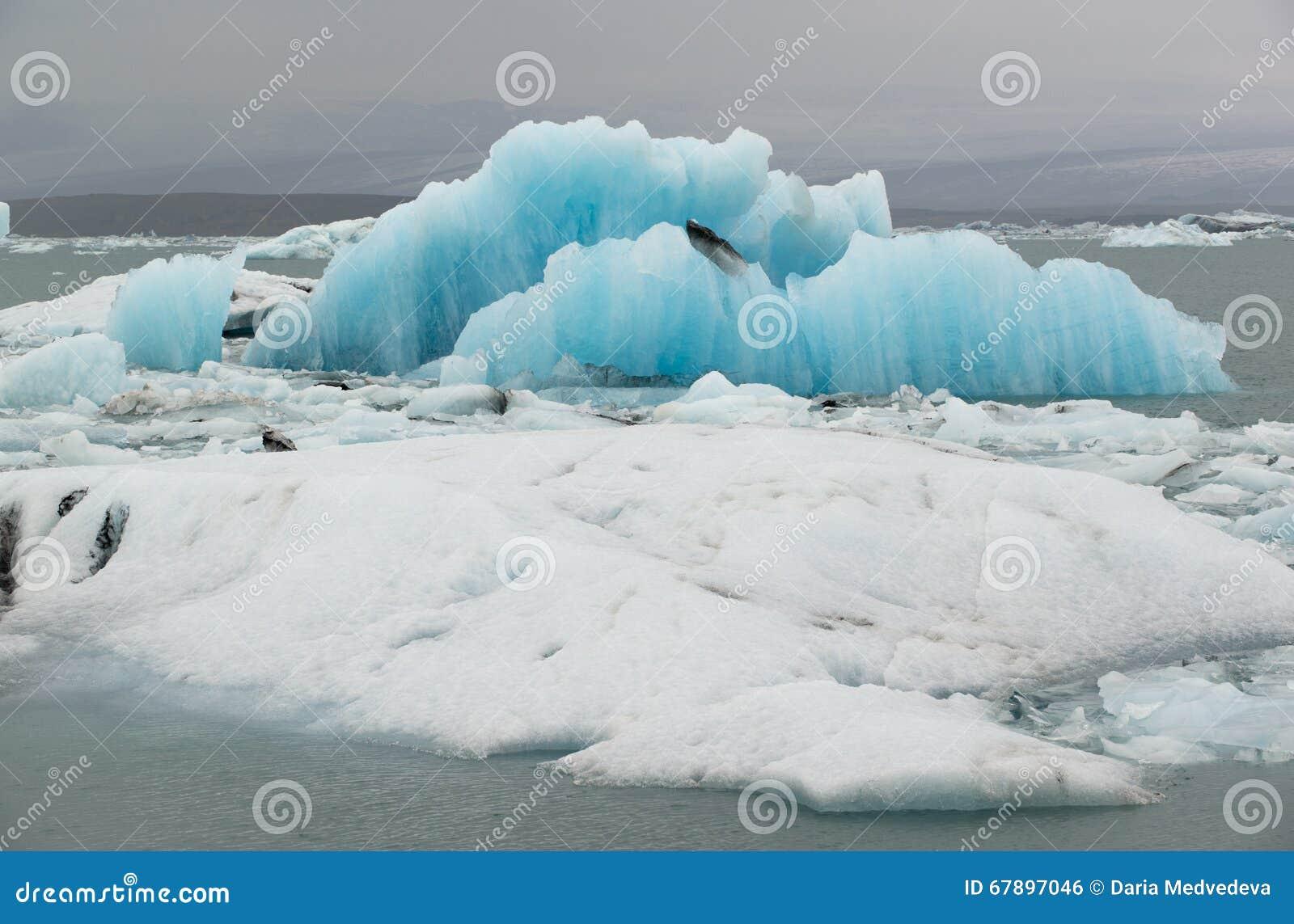 巨大的蓝色和白色浮冰和冰山在冰盐水湖Jokulsarlon,冰岛