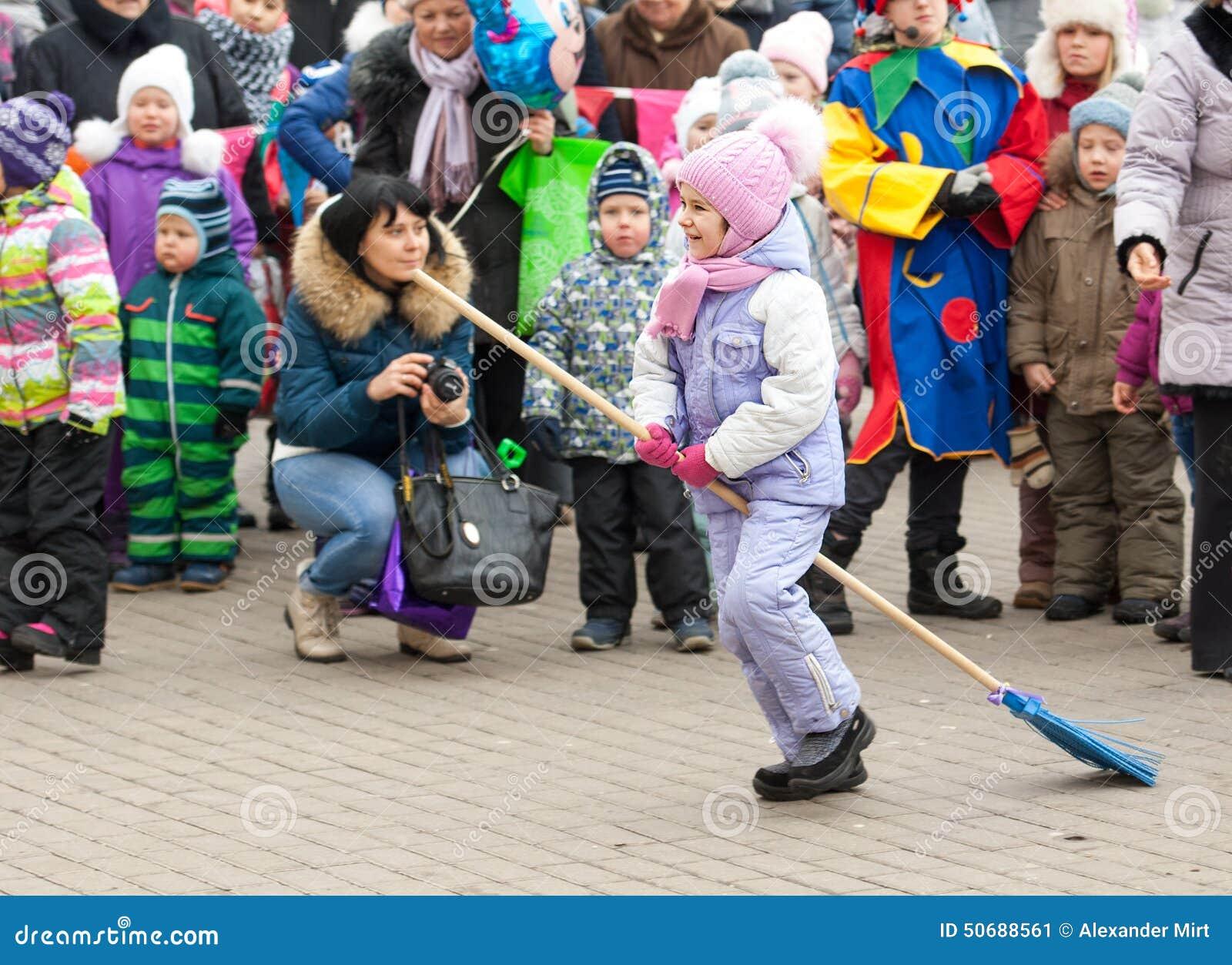 Download 巫婆奔跑 编辑类照片. 图片 包括有 服装, 活动家, 森林, 方巾, 节假日, 俄式薄煎饼, 招待, 2月 - 50688561