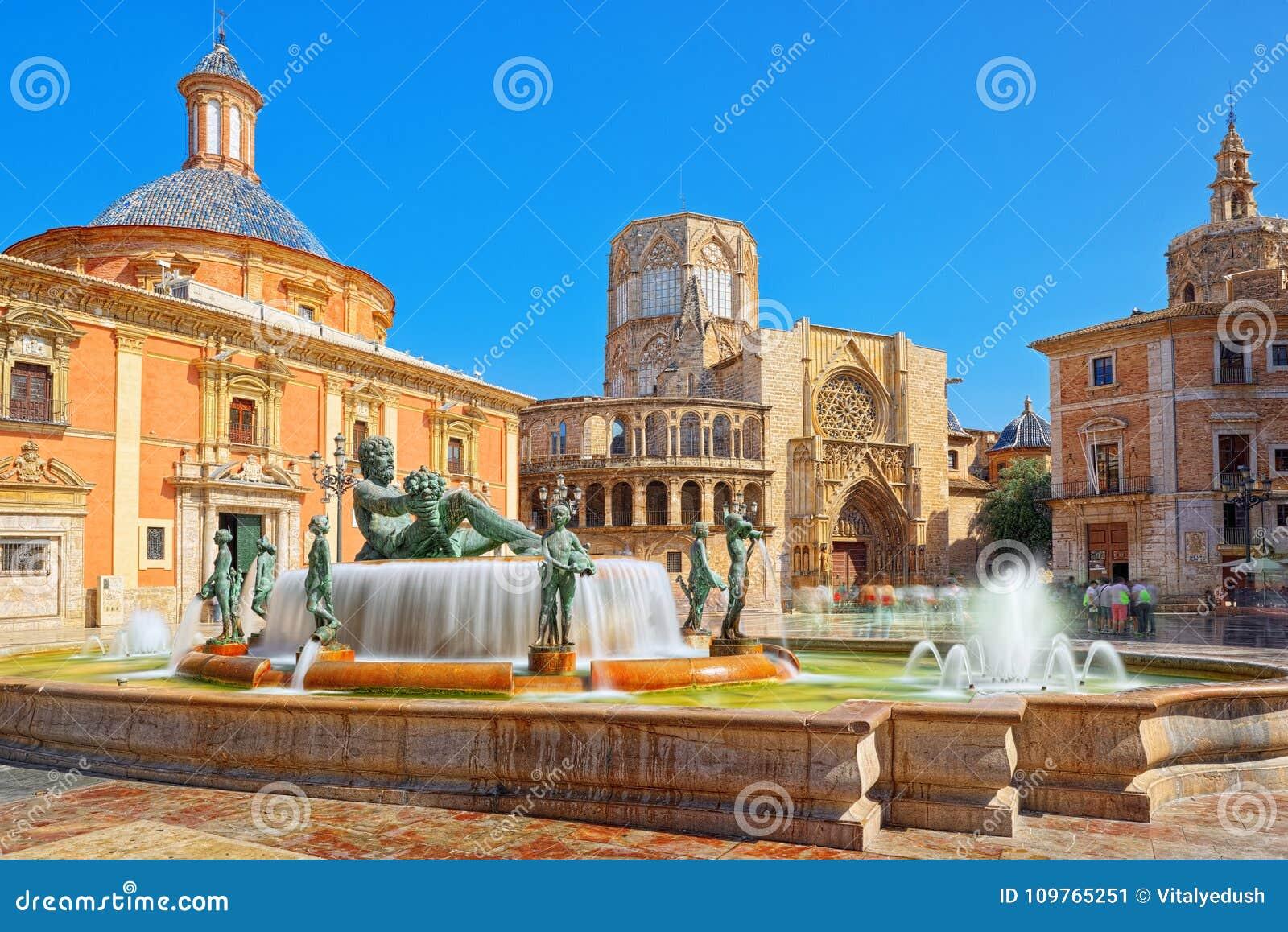 巴伦西亚喷泉维尔京圣玛丽的正方形的里约Turia,
