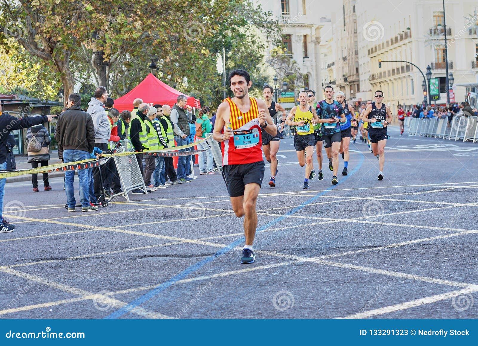 巴伦西亚,西班牙- 12月02:赛跑者在XXXVIII巴伦西亚马拉松2018年12月18日竞争在巴伦西亚,西班牙