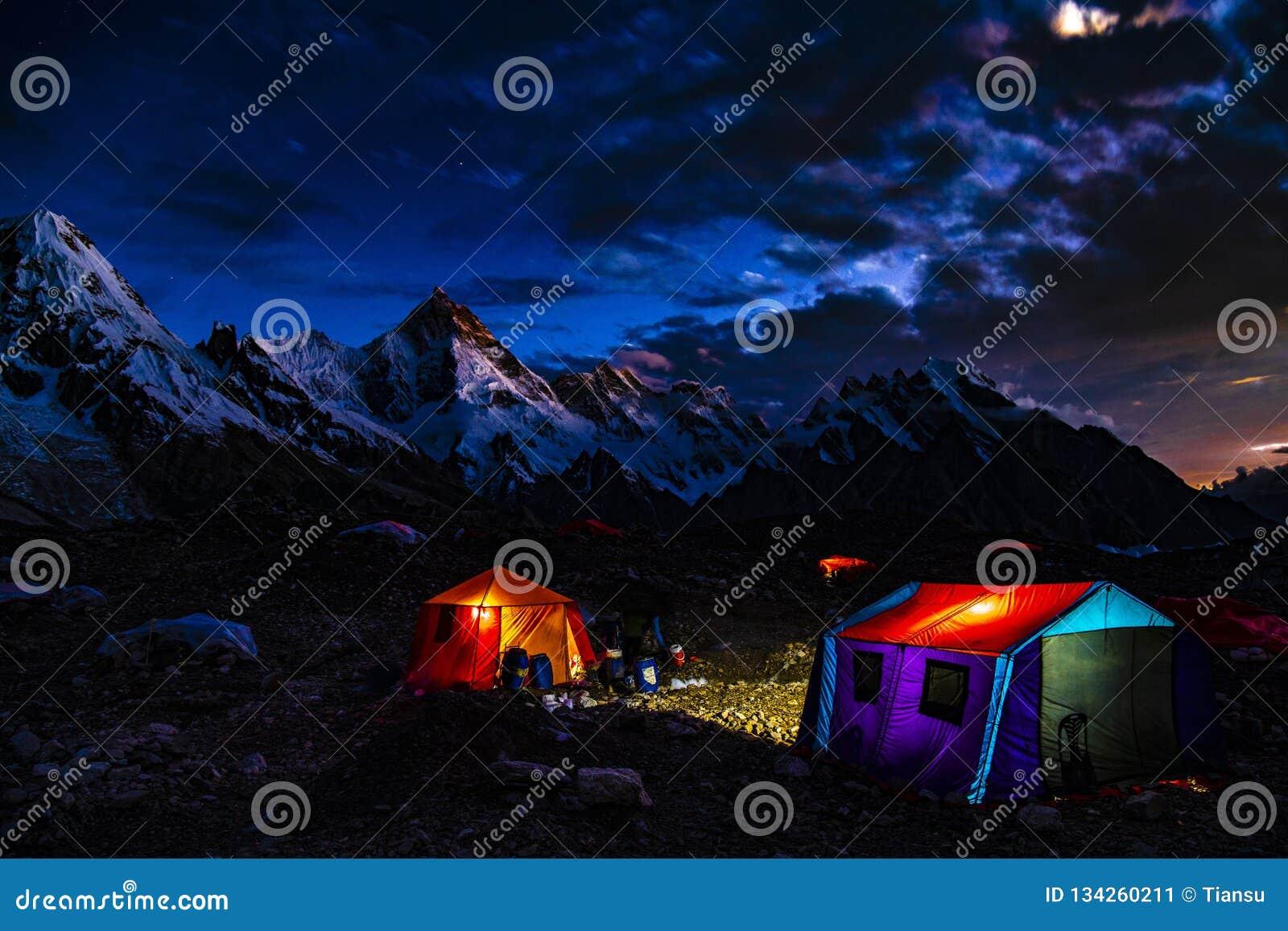 巴基斯坦迁徙Mt玛夏布洛姆峰日落的喀喇昆仑山脉K2
