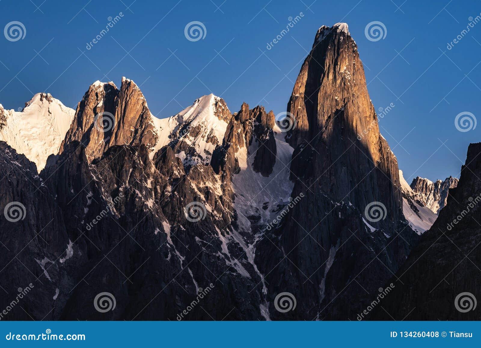 巴基斯坦迁徙Mt Trango日落的喀喇昆仑山脉K2