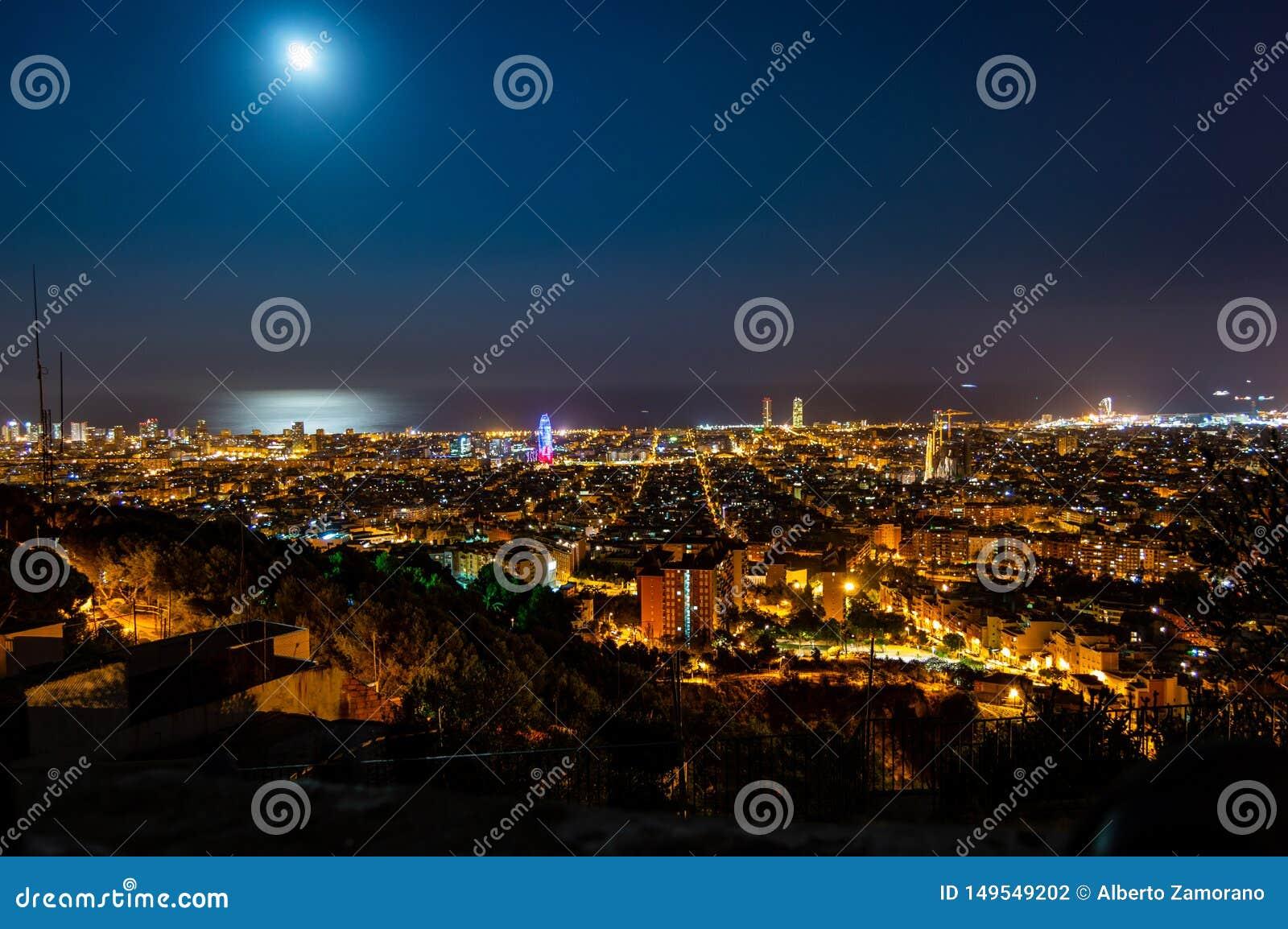 巴塞罗那地平线全景在从Turo Rovira,加泰罗尼亚,西班牙的晚上