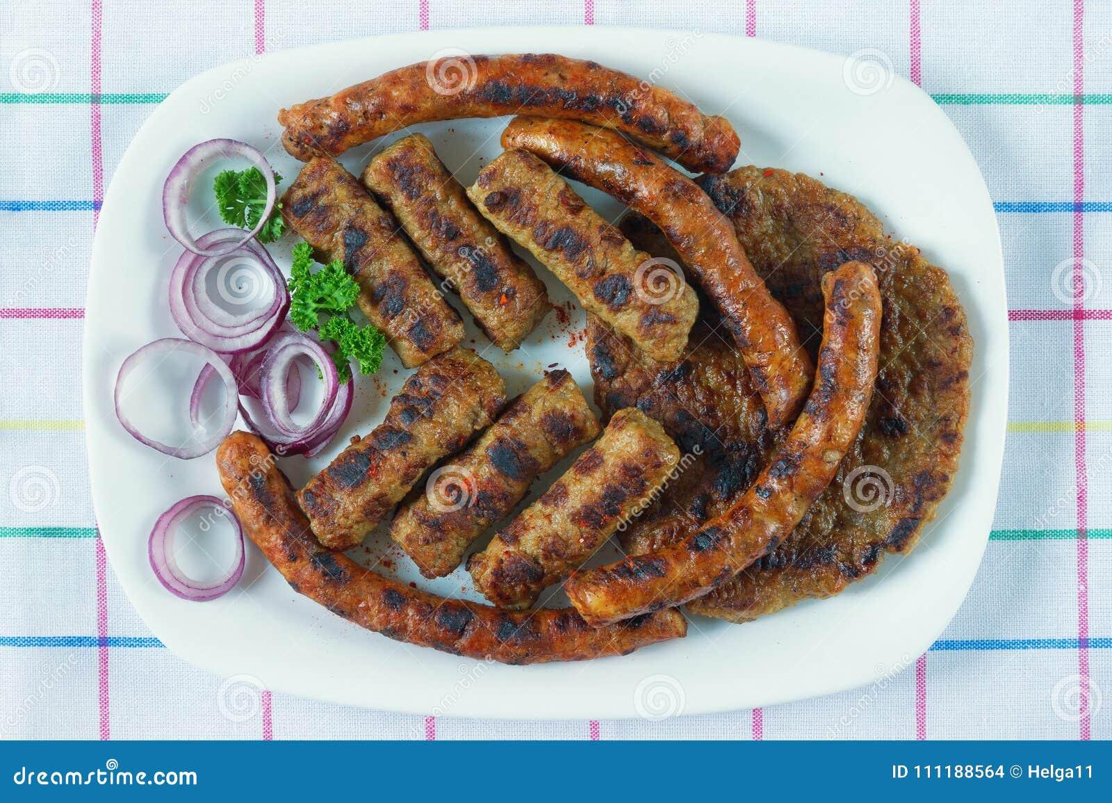 巴尔干烹调 Cevapi、kobasica和pljeskavica -肉末烤盘  平的位置