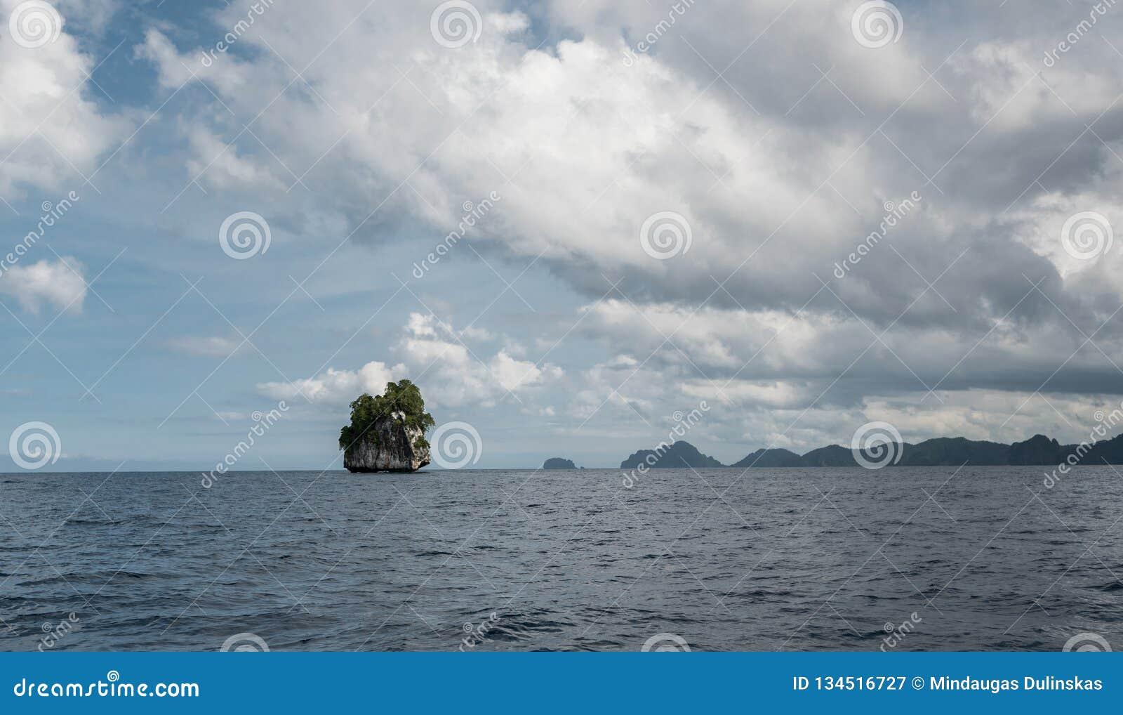 巴拉旺岛,El Nido风景  海洋和偏僻的岩石海岛在背景中