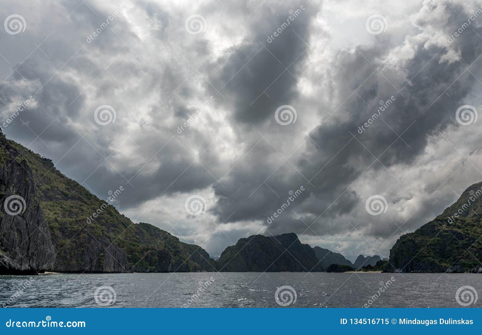 巴拉旺岛,El Nido风景  海洋和岩石海岛在背景中