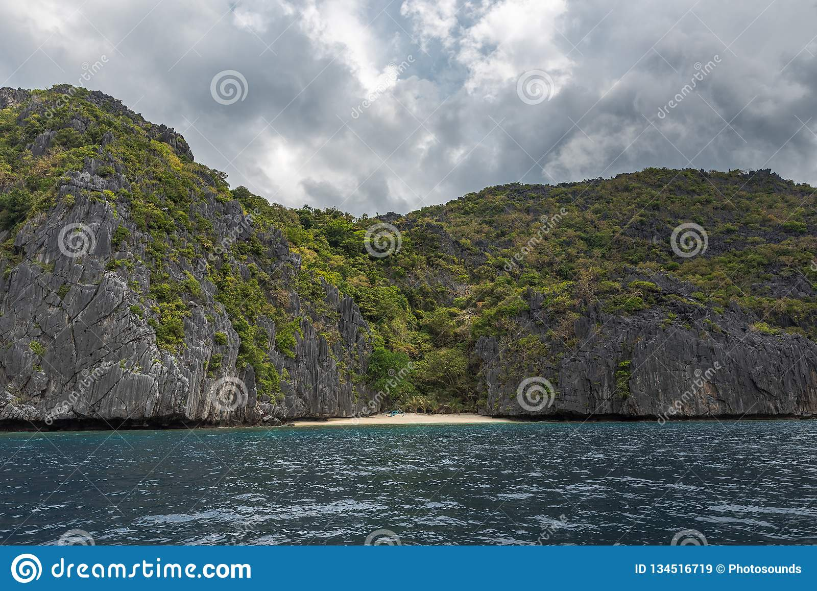巴拉旺岛,El Nido风景  海洋和岩石海岛海滩在背景中