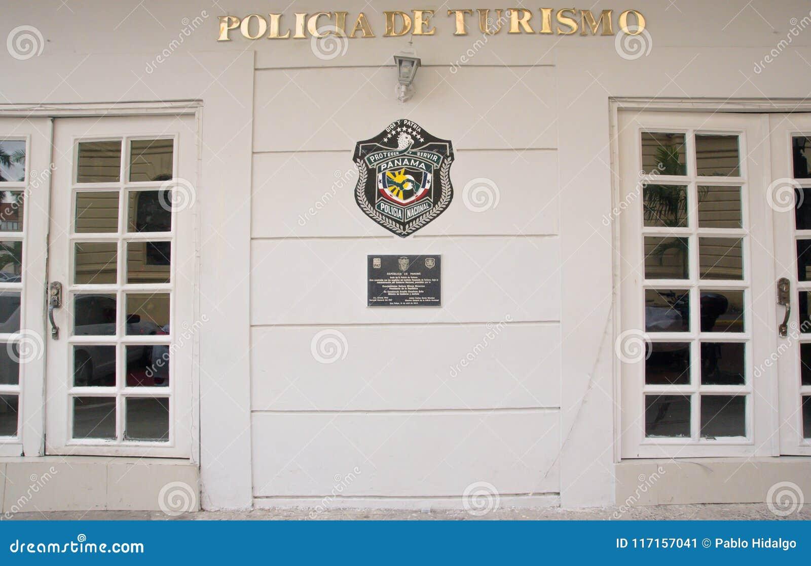 巴拿马城,巴拿马- 2018年4月20日:白色与国家警察盾的警察西班牙大厦室外看法