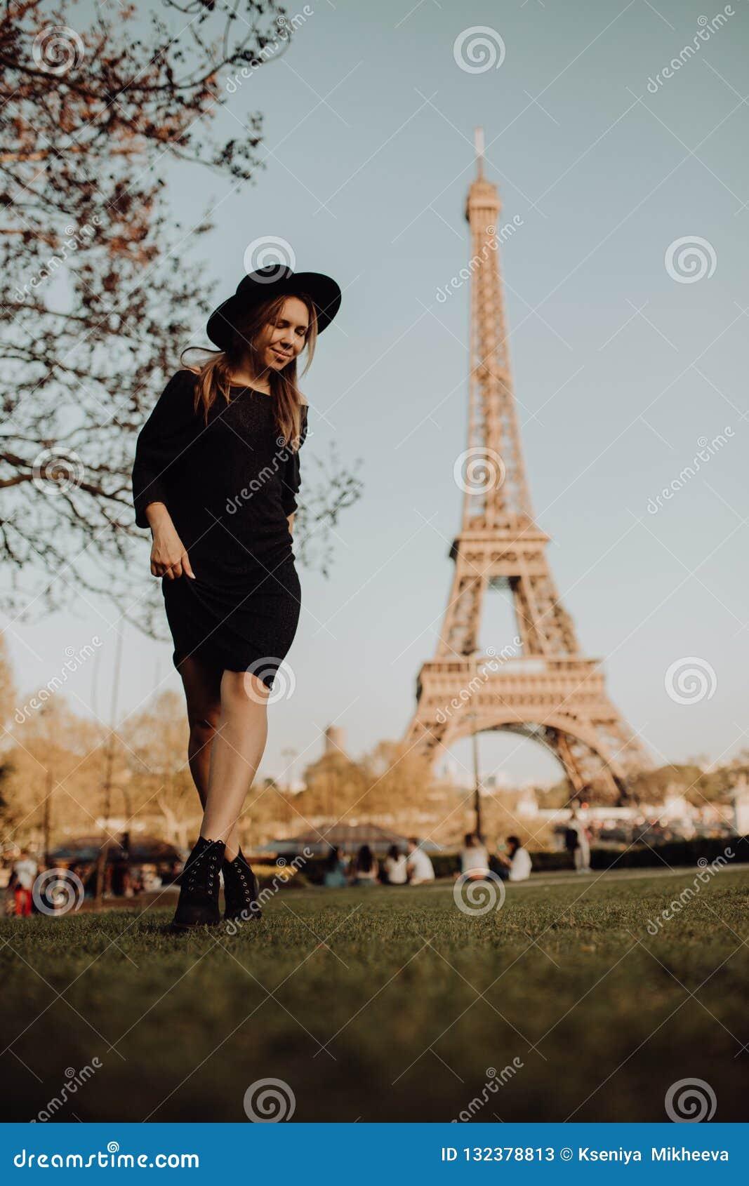 巴黎假期 在艾菲尔铁塔附近的幸运女孩