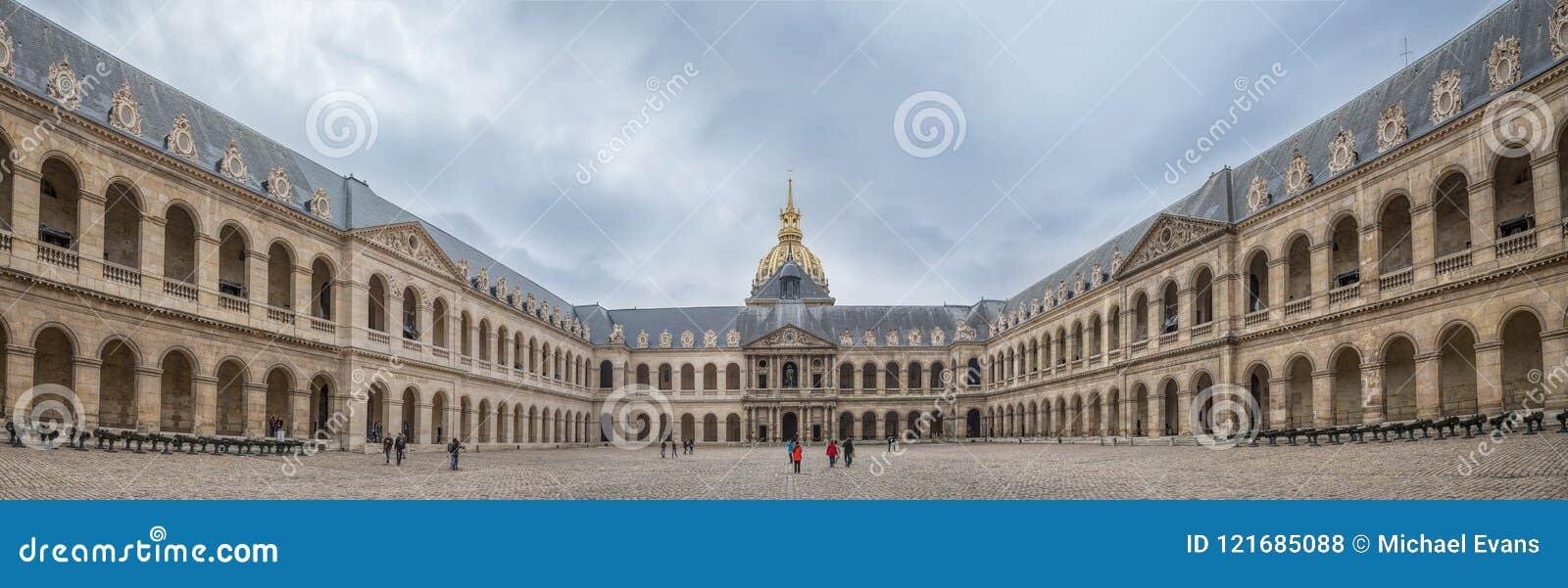 巴黎法国- 5月1日荣誉法院的2013个游人在t的