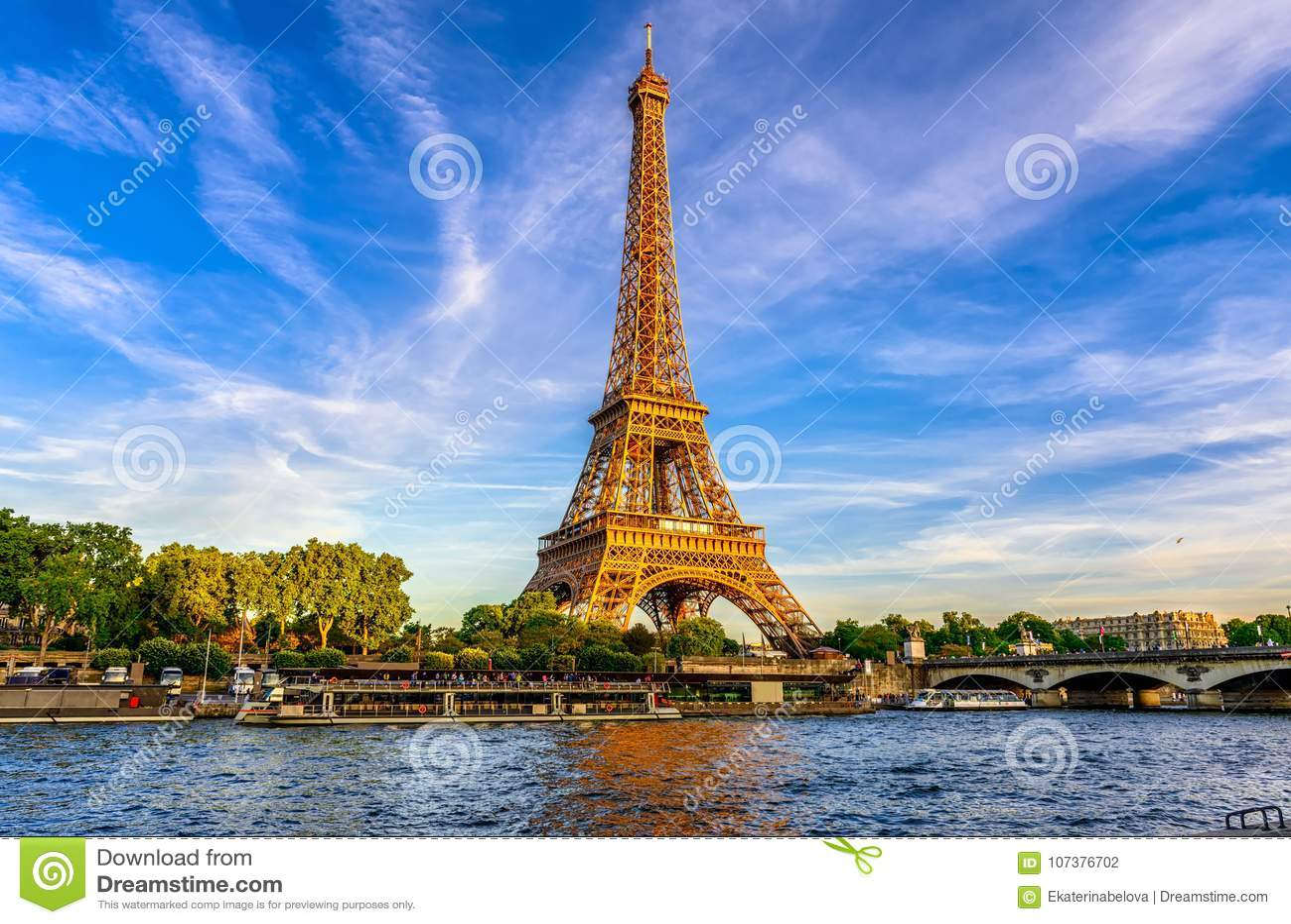 巴黎艾菲尔铁塔和河日落的塞纳河在巴黎,法国