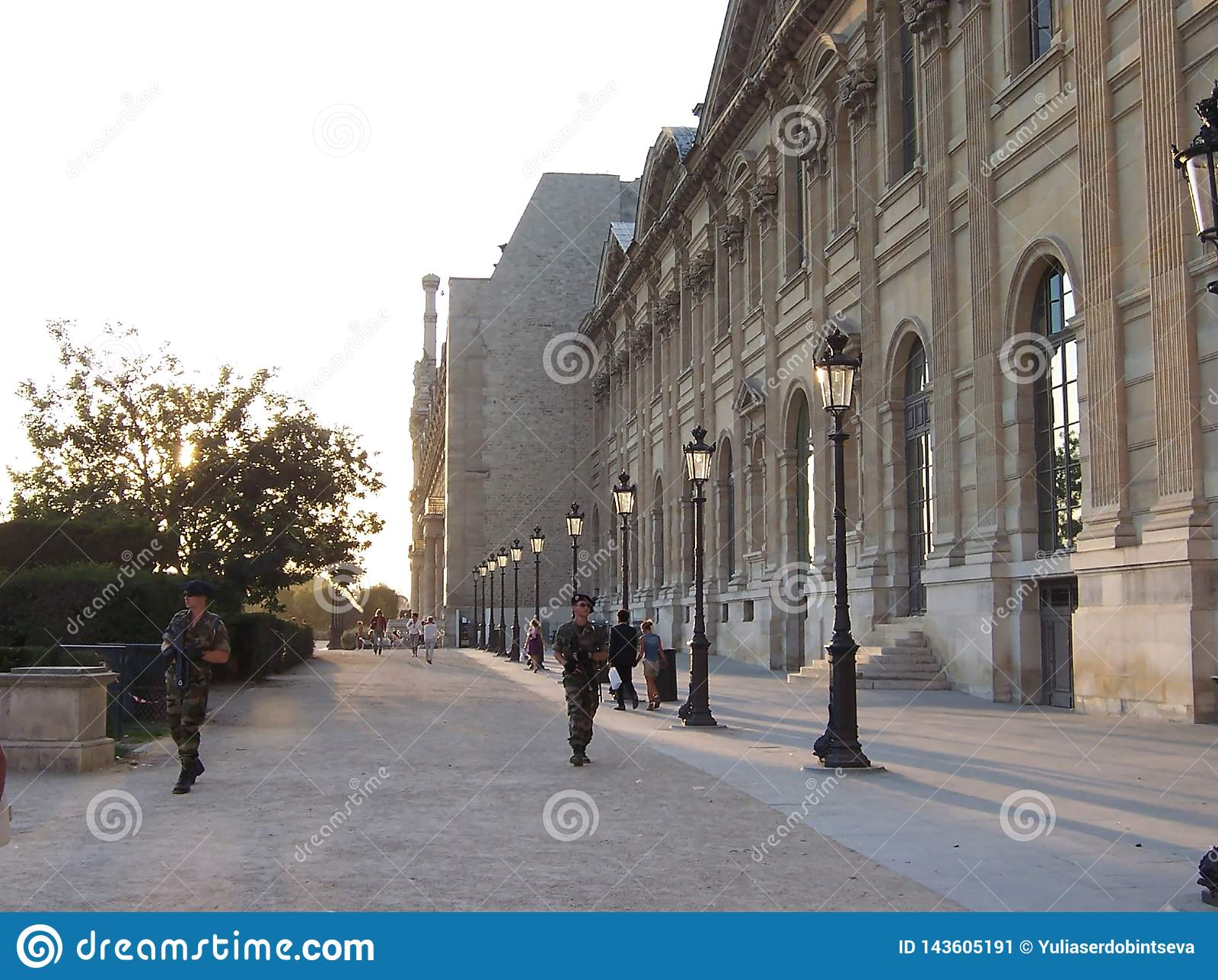 巴黎,法国8月05日2009年:与机枪的军事在巴黎街道上