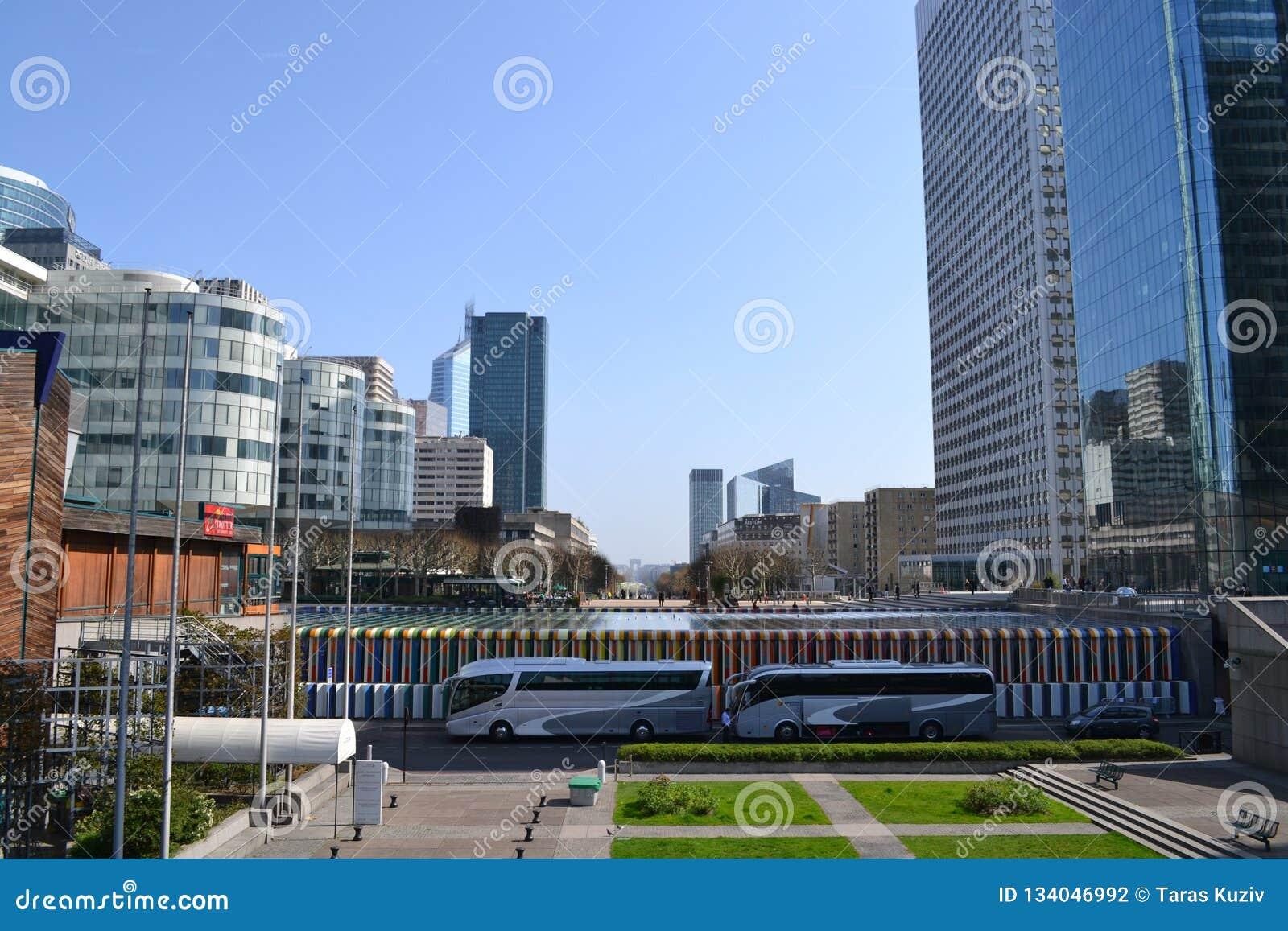 巴黎/法国- 2012年3月29日:拉德芳斯区的全景在往市中心的巴黎