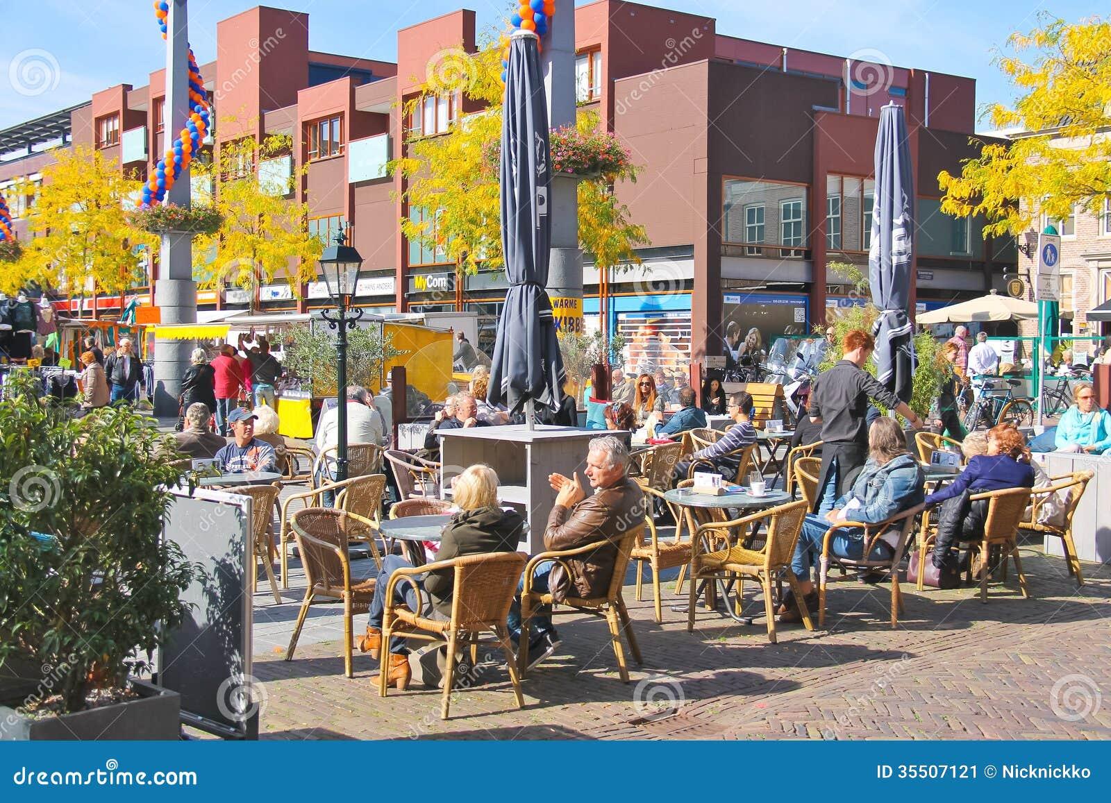 市场的人们在欢乐城市在多德雷赫特, netherland 编辑类照片