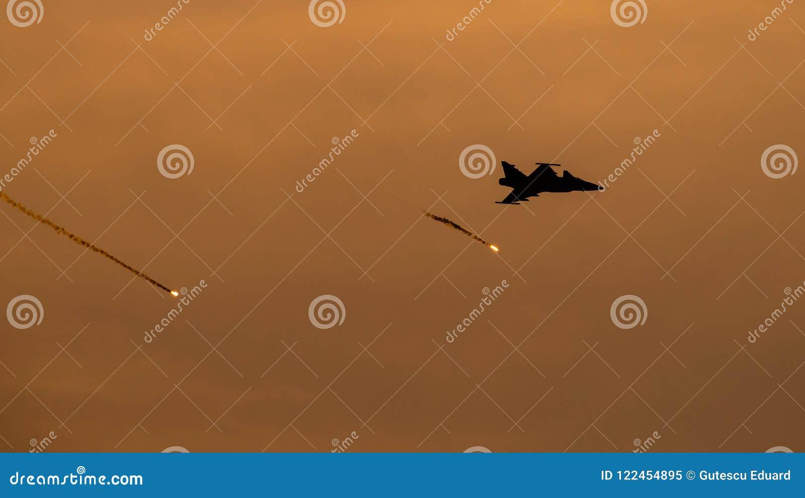 布加勒斯特国际飞行表演偏心, F-16与诱饵火光的剪影