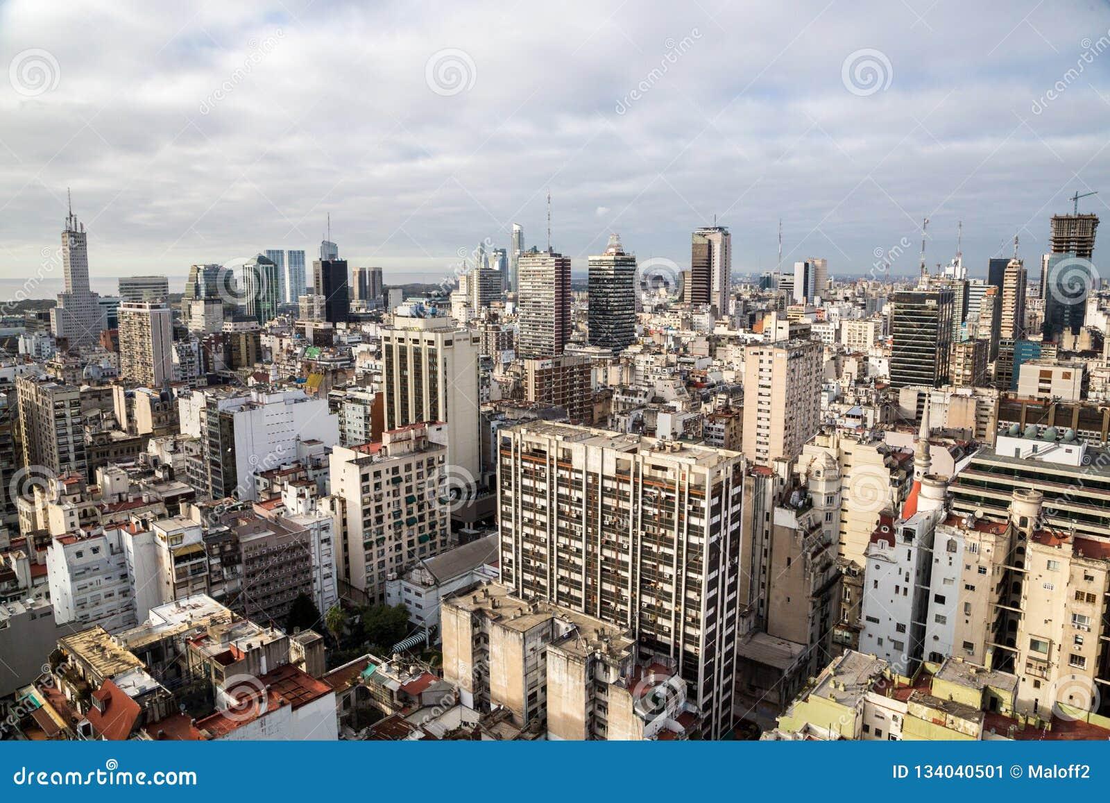 布宜诺斯艾利斯中心商务区Microcentro摩天大楼地平线在冬天在多云主角天空下 阿根廷,南,拉丁语