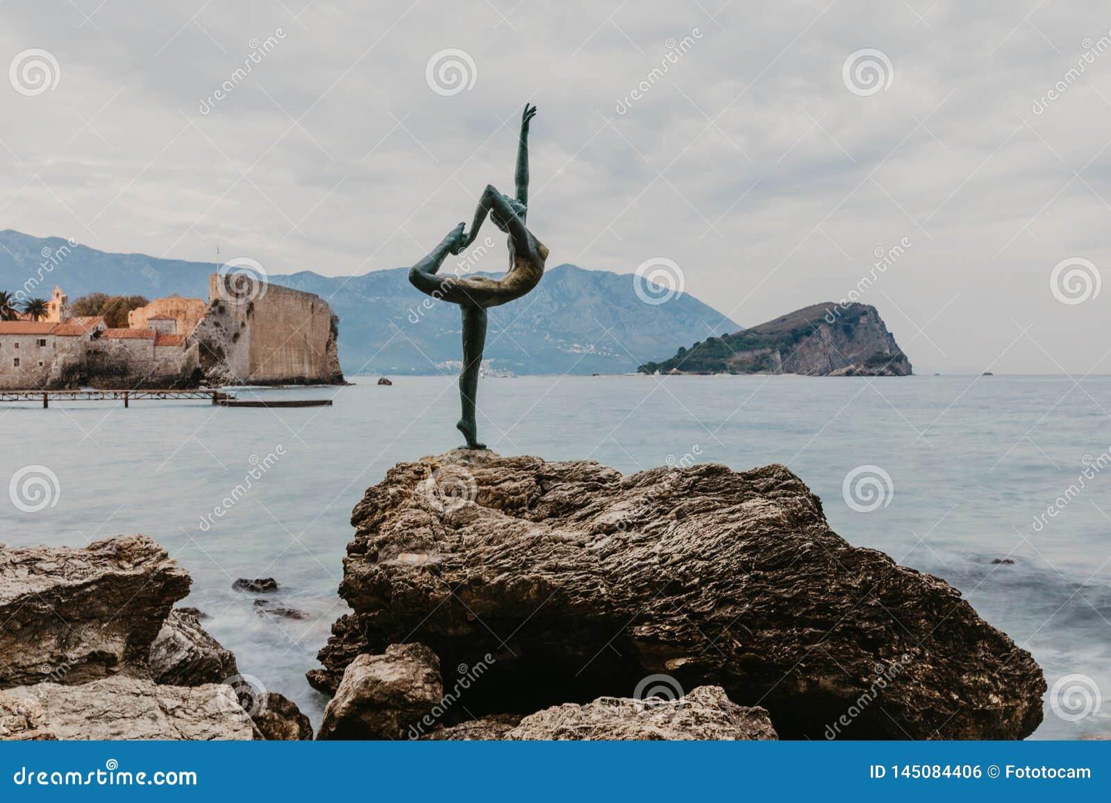 布德瓦,黑山- 2018年11月05日:布德瓦的雕塑芭蕾舞女演员舞蹈家的美丽的景色日落的在布德瓦