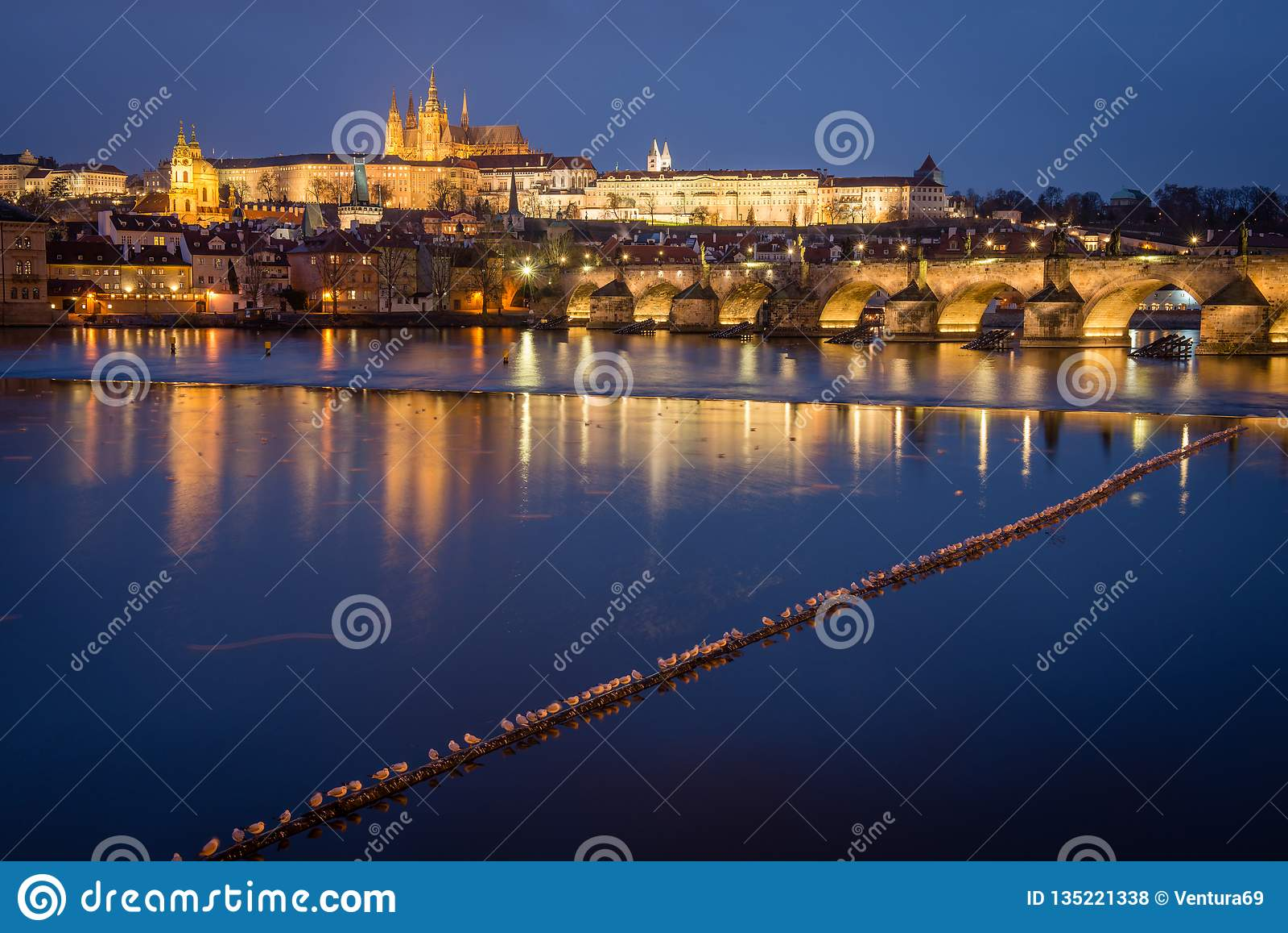 布拉格城堡和查理大桥在晚上,捷克