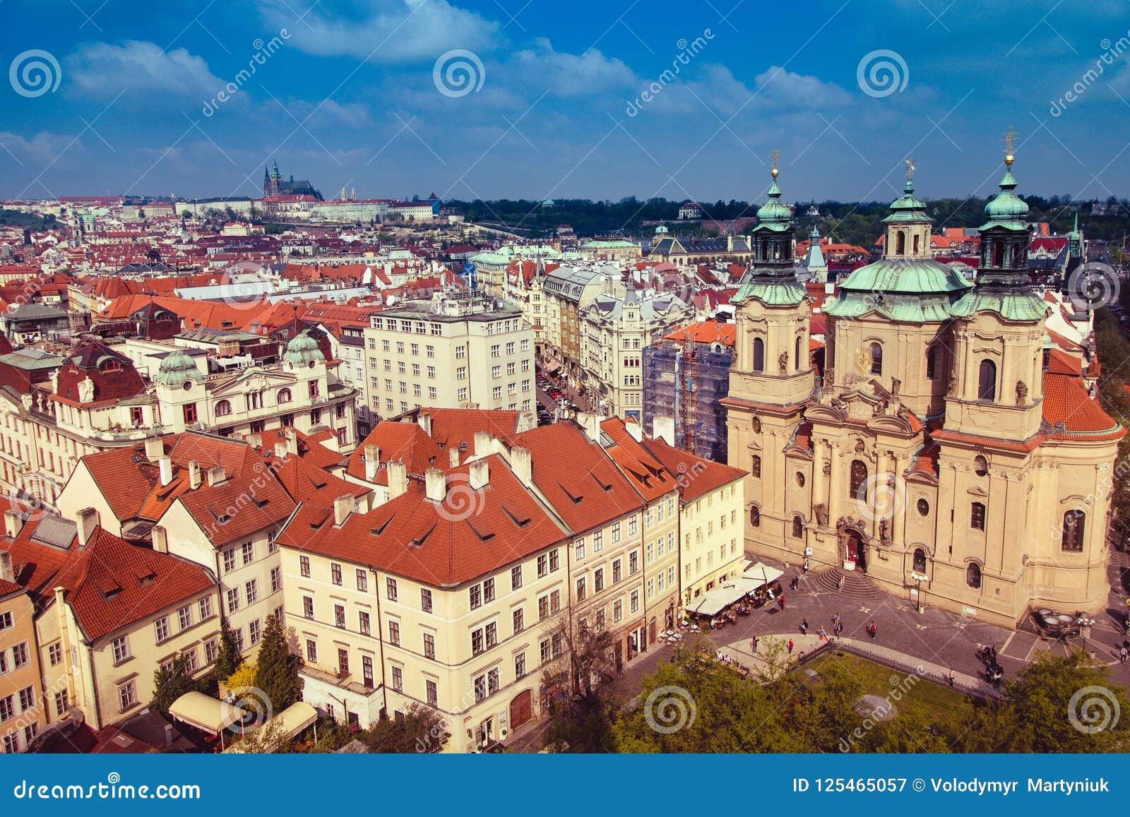 布拉格屋顶和圆顶全景  cesky捷克krumlov中世纪老共和国城镇视图 欧洲