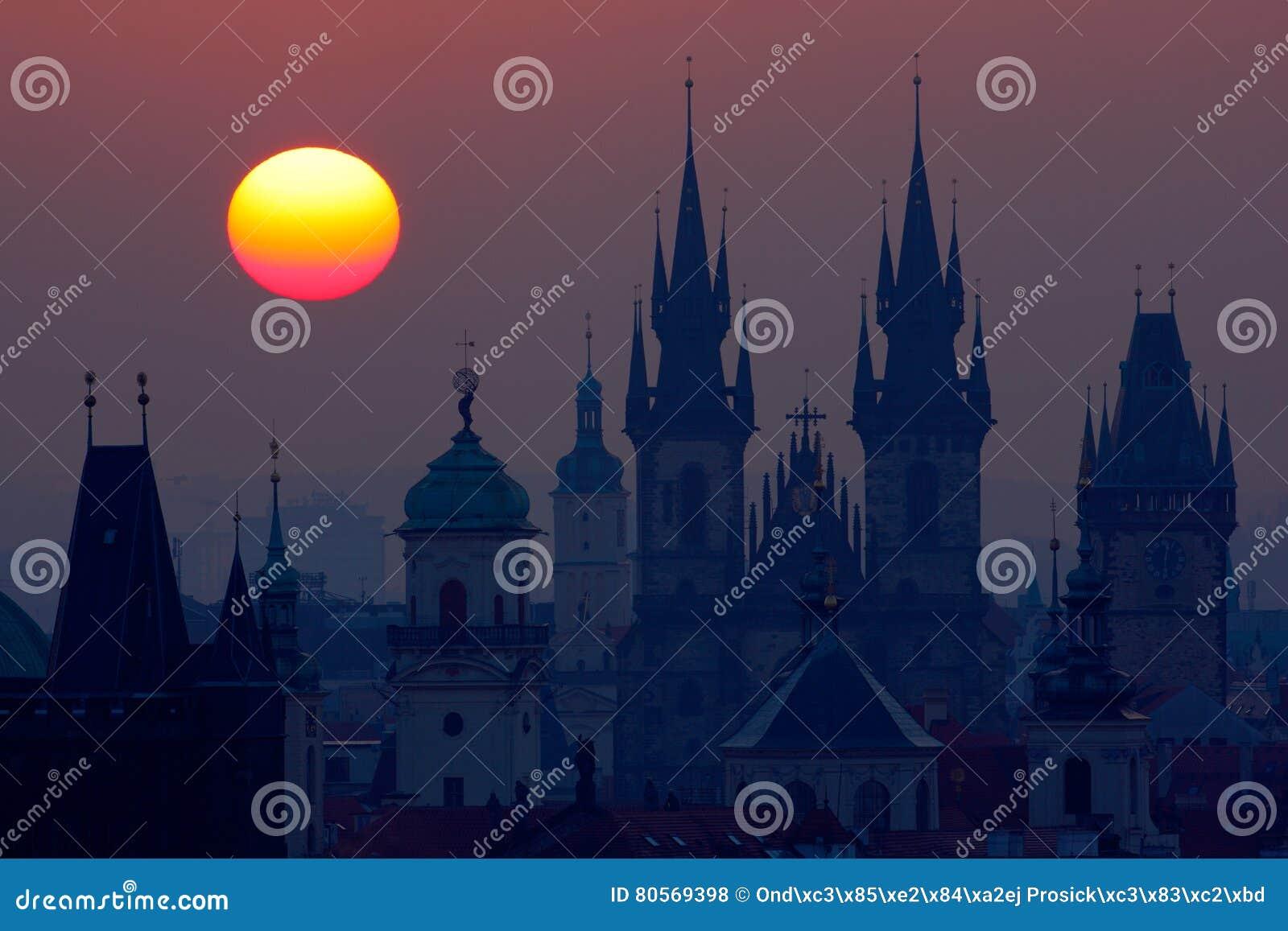 布拉格高耸美好的详细的日出视图  与老镇的清早颜色 微明在历史城市 Magica