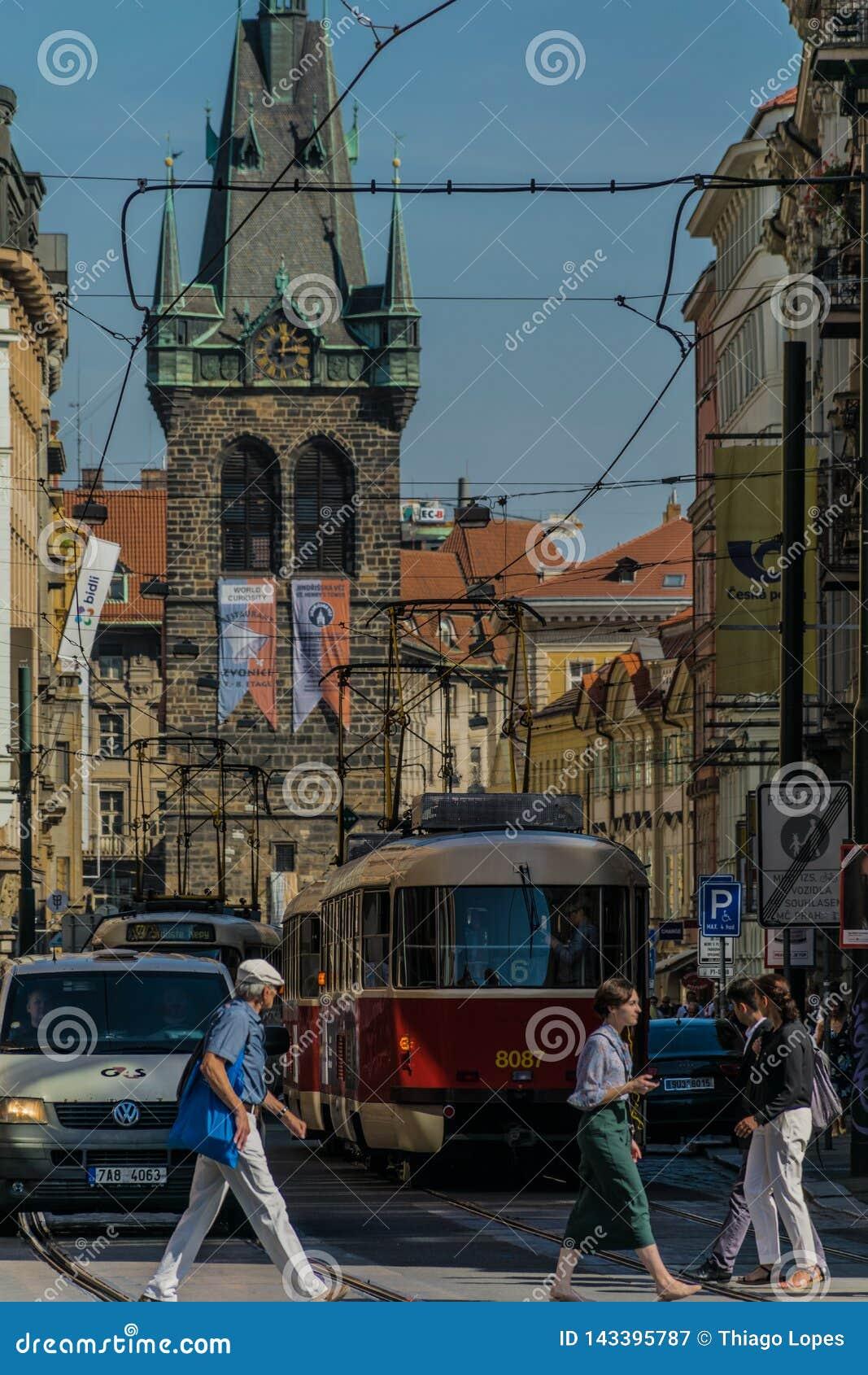 布拉格,捷克- 2019年9月,17日:行人交叉路在布拉格老镇的街道,有汽车的,电车