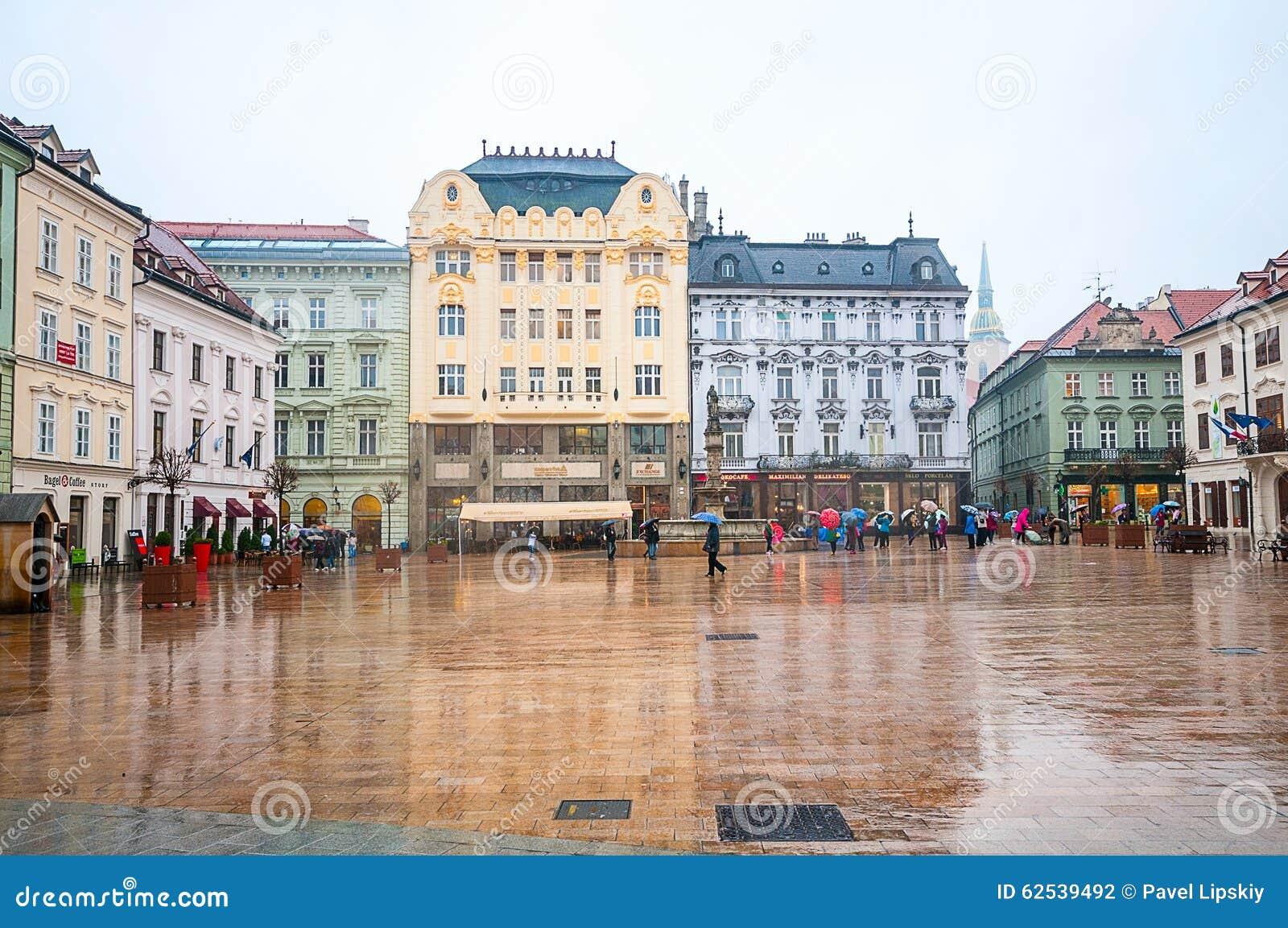 布拉索夫,斯洛伐克- 2015年10月16日:游人在大广场