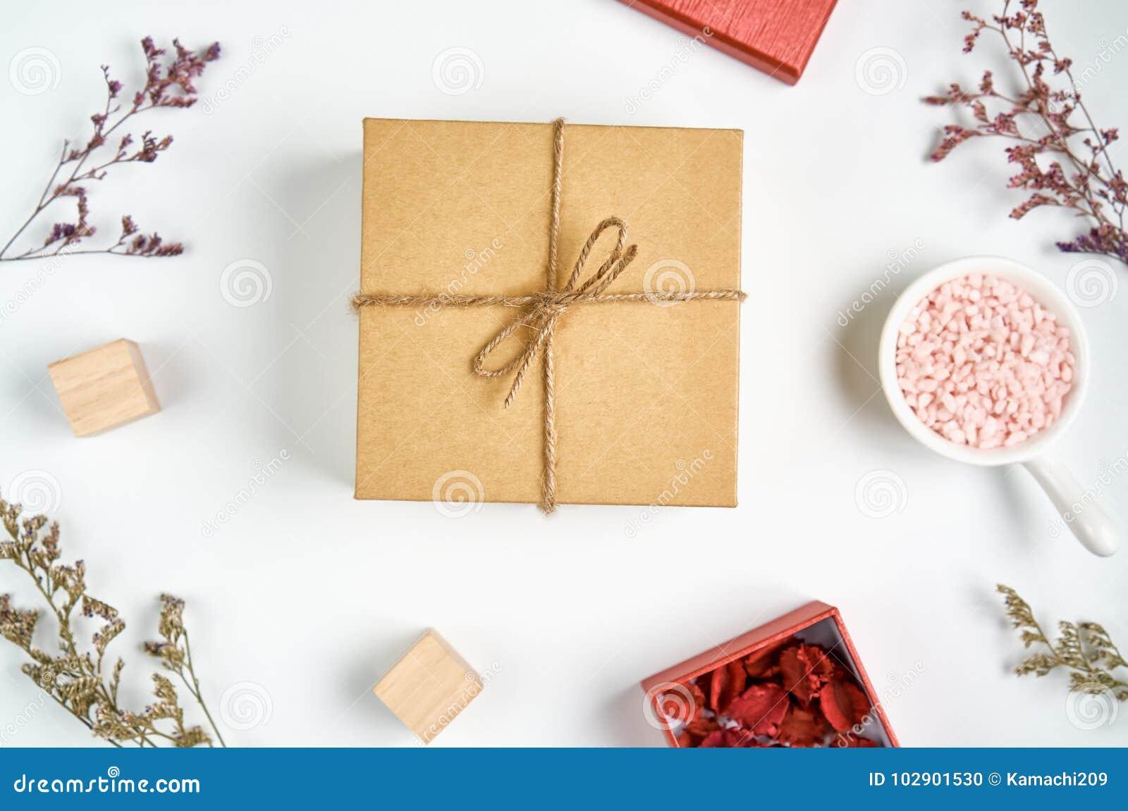 布朗有蝶形领结的礼物盒和与小红色箱子的草花安置边看起来美丽 为使用与圣诞节或新年