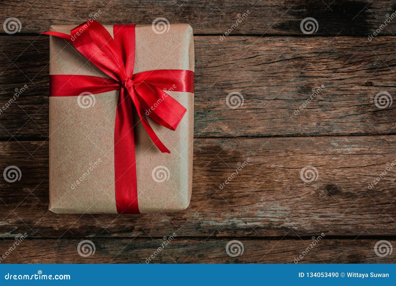 布朗礼物盒蝶形领结红色丝带