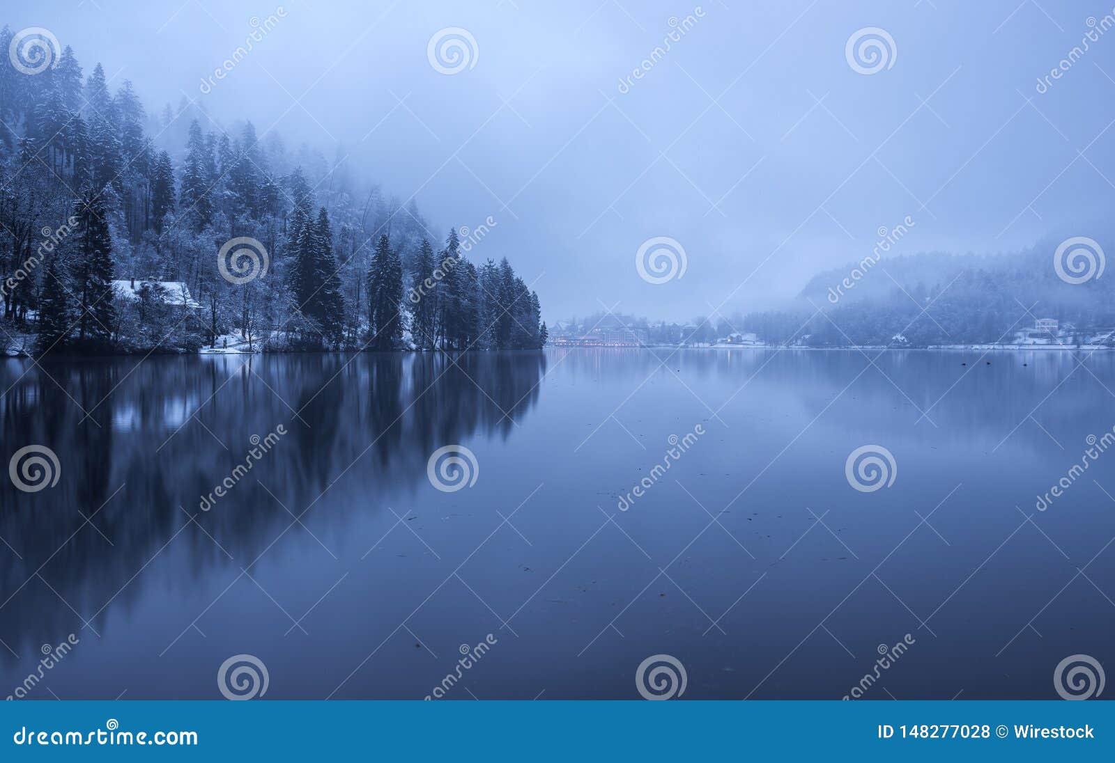 布莱德湖在一有雾和阴天