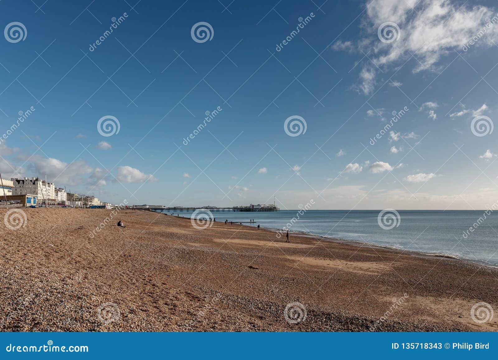 布赖顿,东部SUSSEX/UK - 1月3日:海滩和码头的看法在布赖顿2019年1月3日东萨塞克斯郡 在Mohacs,匈牙利的Buso庆祝
