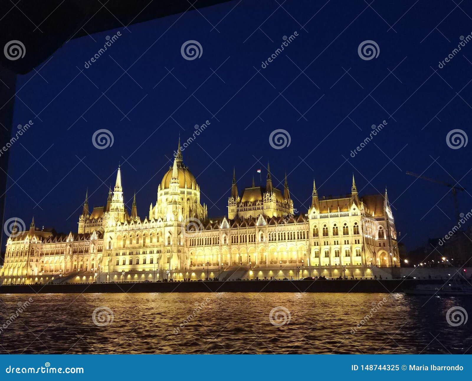 布达佩斯议会在晚上
