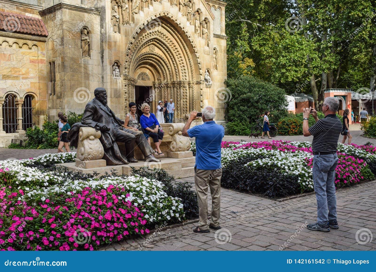 布达佩斯,匈牙利- 2019年9月,13日-摆在为与匈牙利政客的雕象的图片的游人