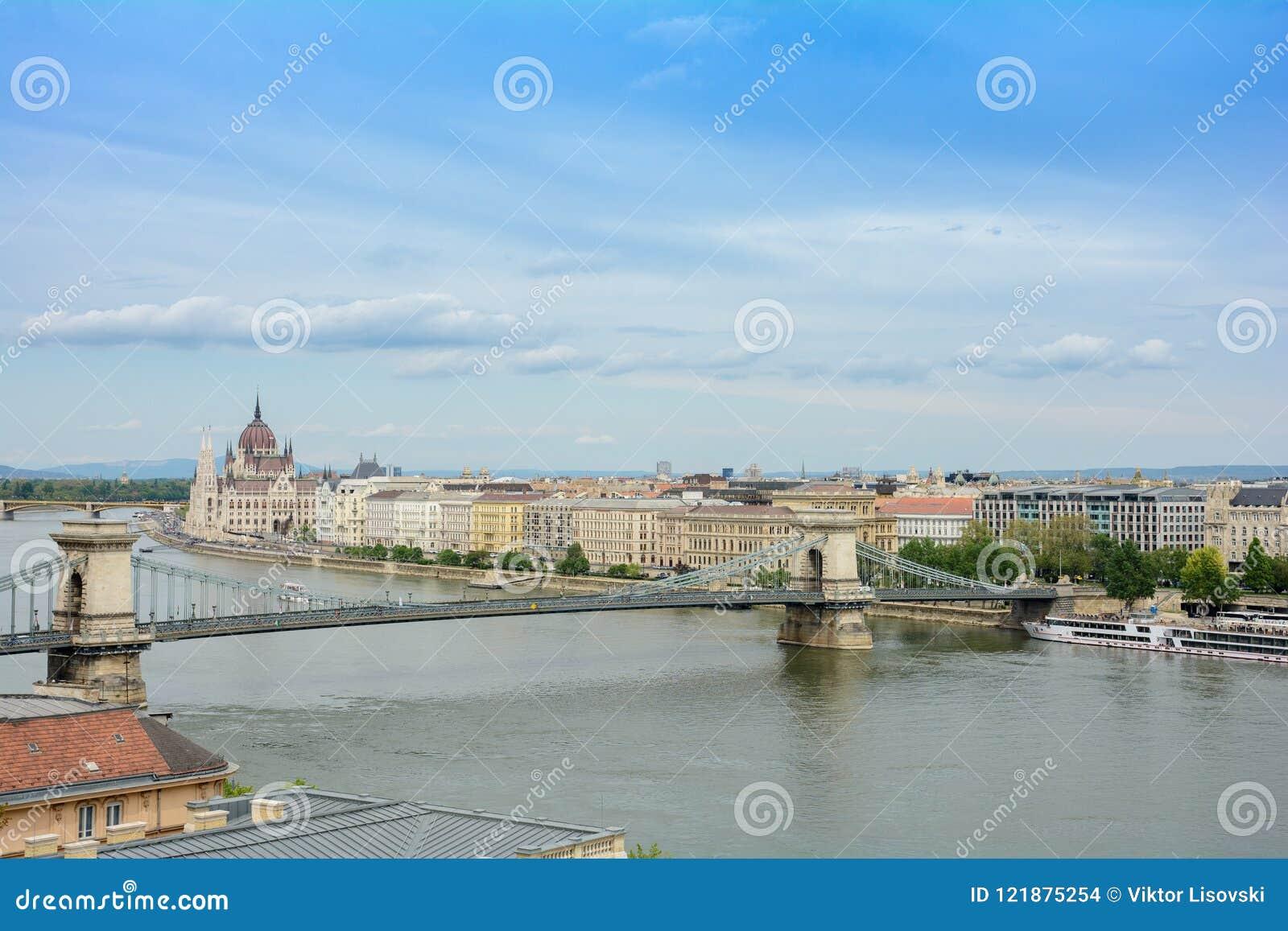 布达佩斯,匈牙利 观点的Antall JÃ ³ zsef堤防、Szechenyi铁锁式桥梁和匈牙利议会b
