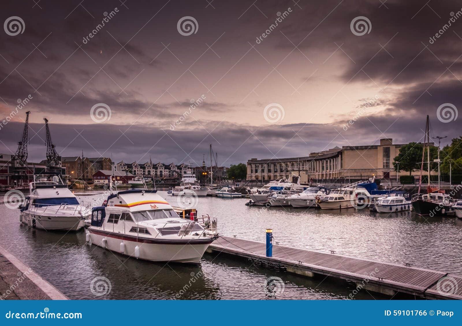 布里斯托尔港口晚上