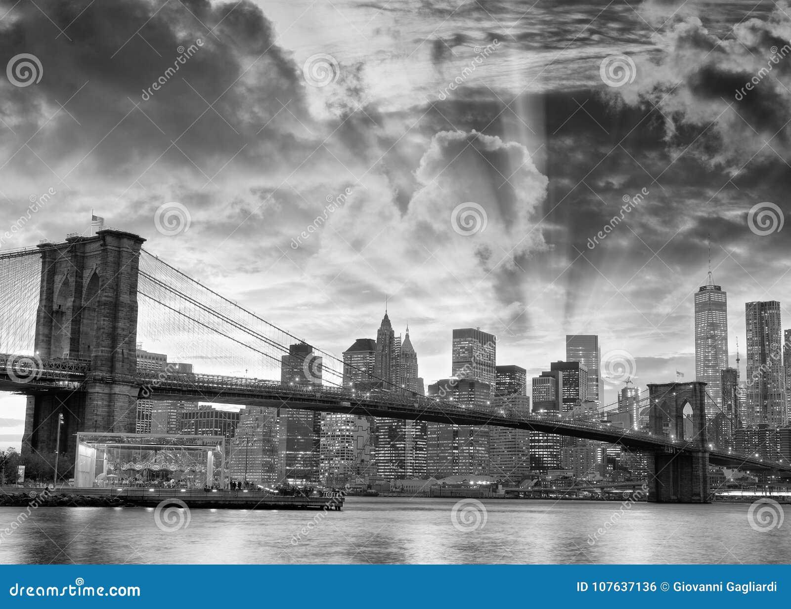 布鲁克林大桥和街市曼哈顿a黑白看法