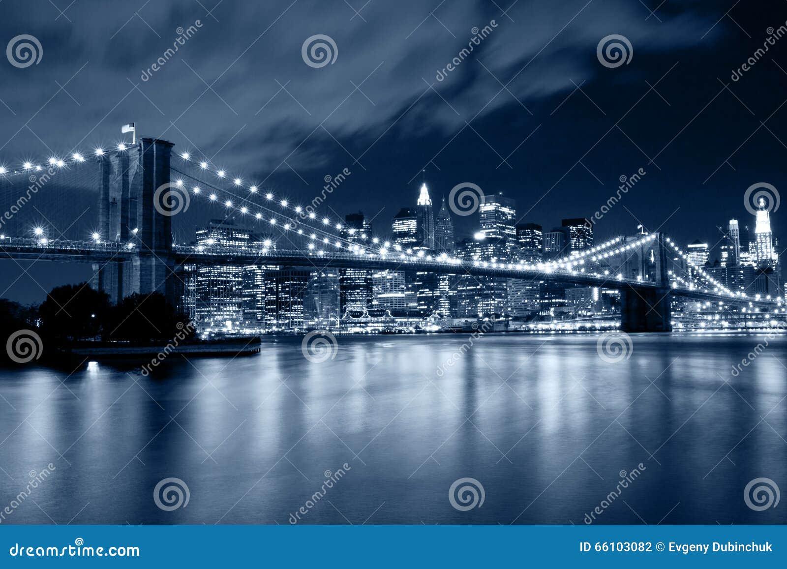 布鲁克林大桥在有光反射的纽约在水