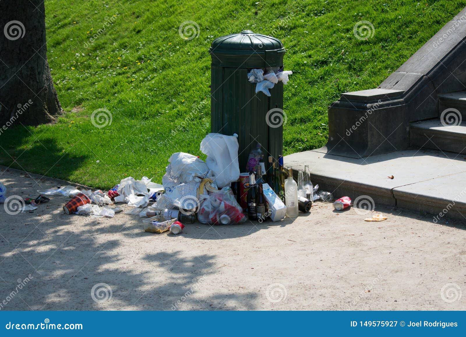 布鲁塞尔,比利时- 2018年4月21日:溢出公众trashcan在好日子在la坎布尔公园