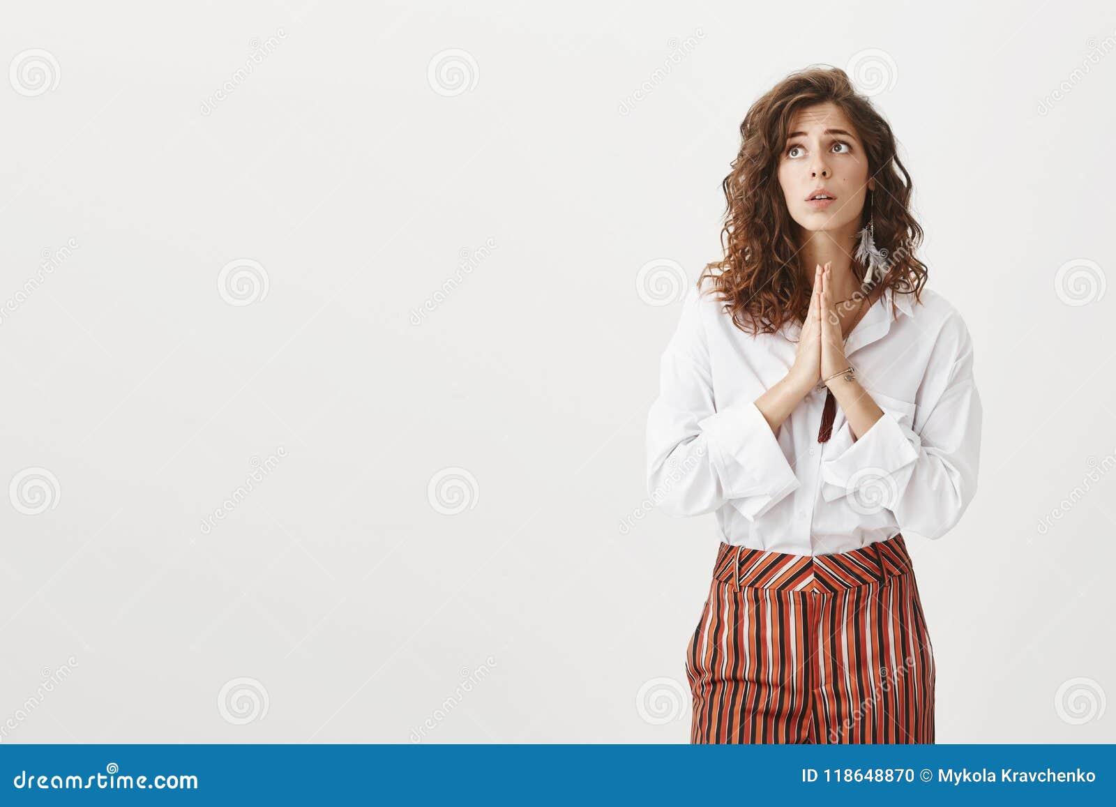 希望神的女孩听见祷告,做愿望实现 无辜的逗人喜爱的妇女画象有卷发的在时髦的女衬衫