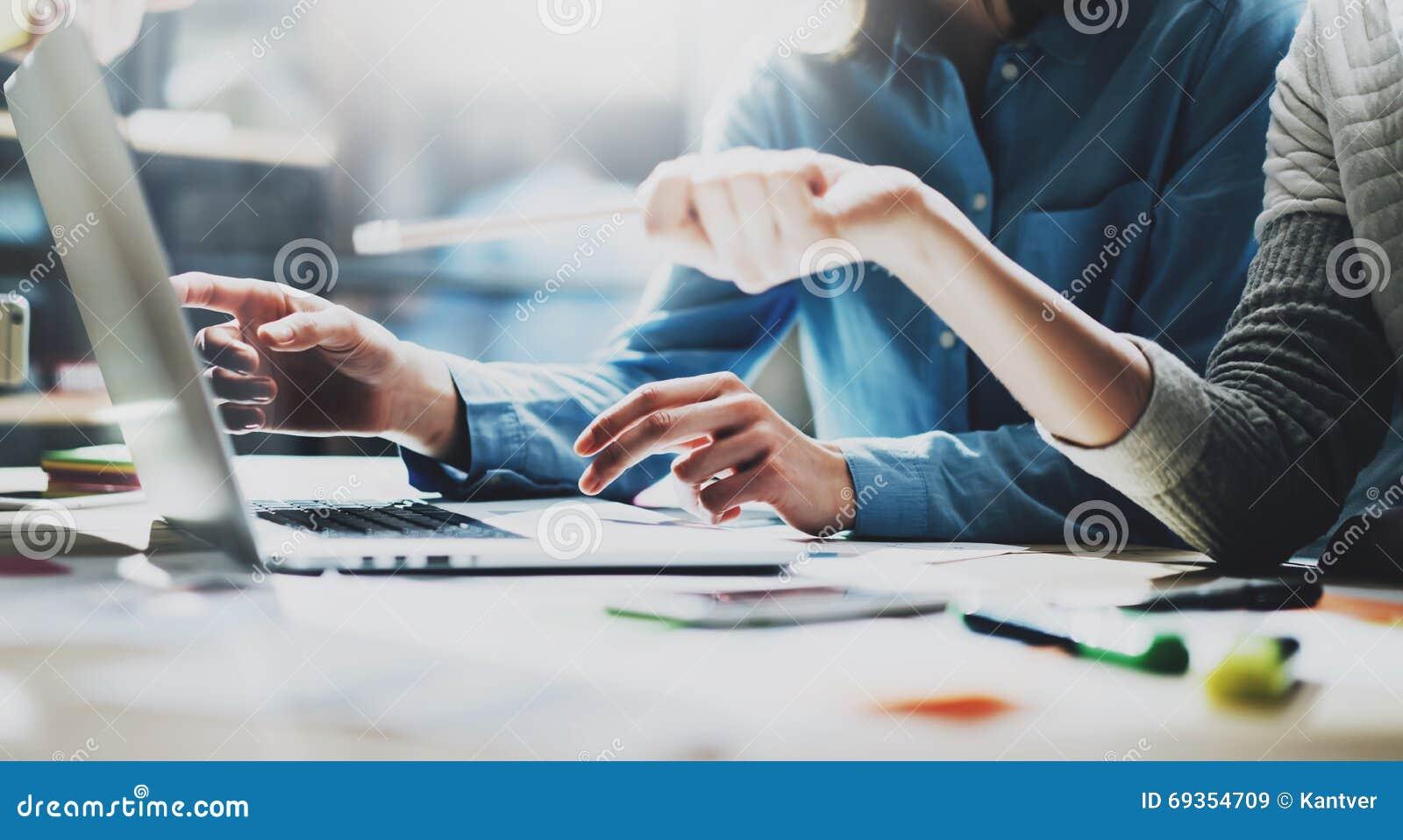帐户队会议 照片年轻企业乘员组与新的起始的项目一起使用 在木桌上的笔记本 想法