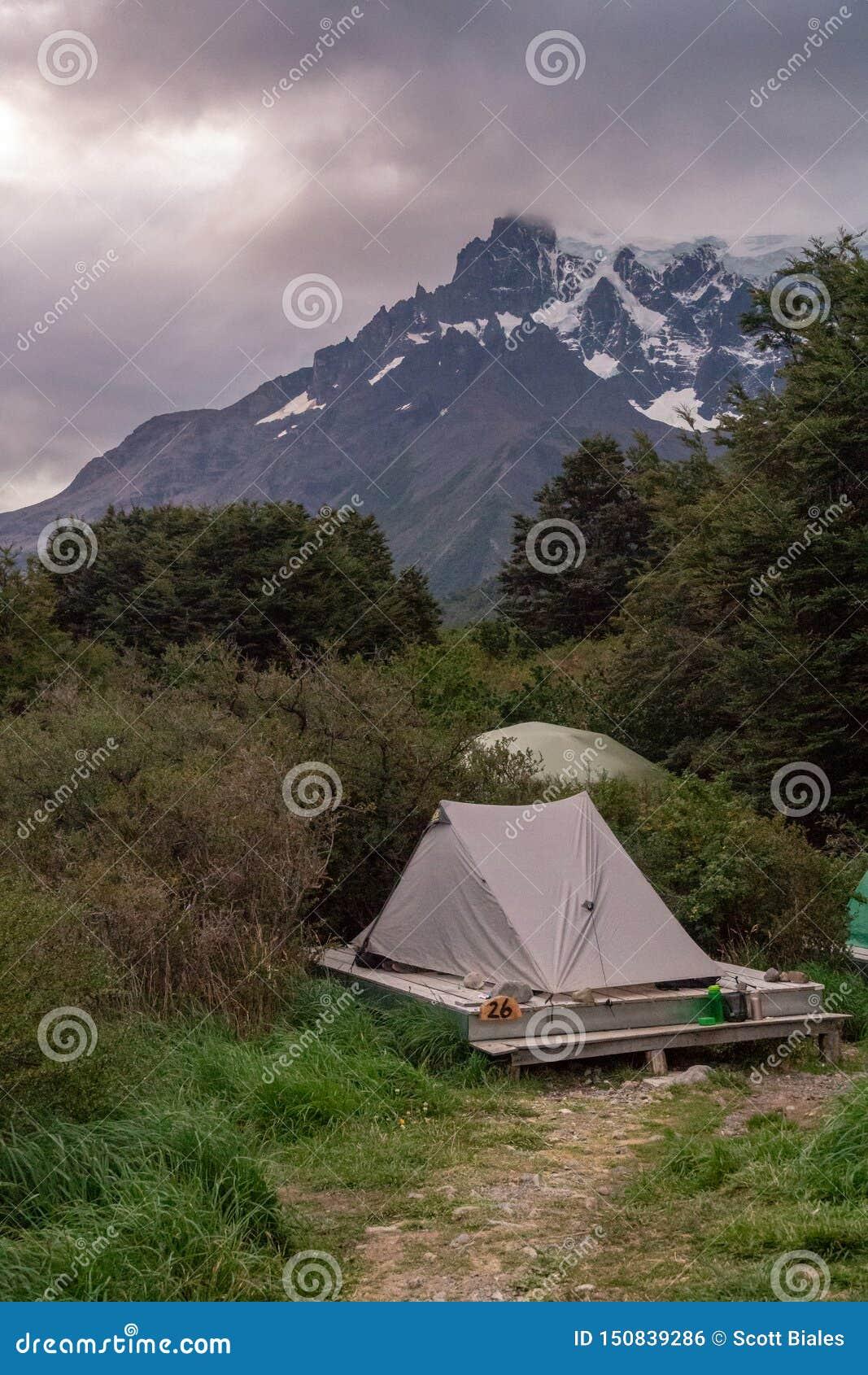 帐篷在有山的平台投了