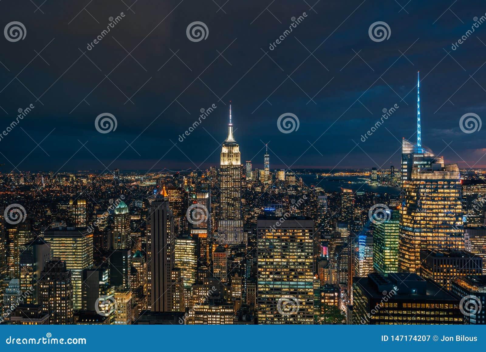 帝国大厦和曼哈顿中城地平线在晚上,在纽约