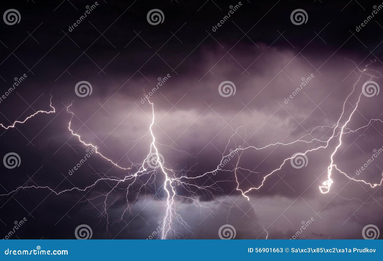 带来雷、闪电和雨的重的夏天风暴