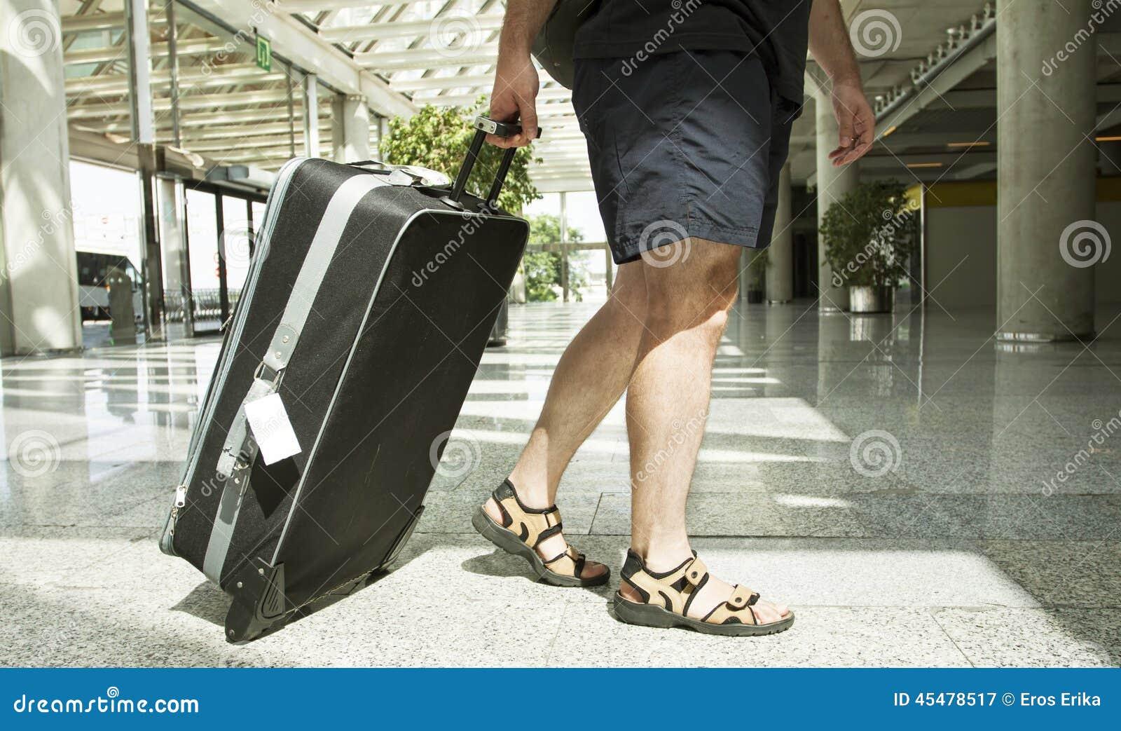 带着手提箱的人在机场终端