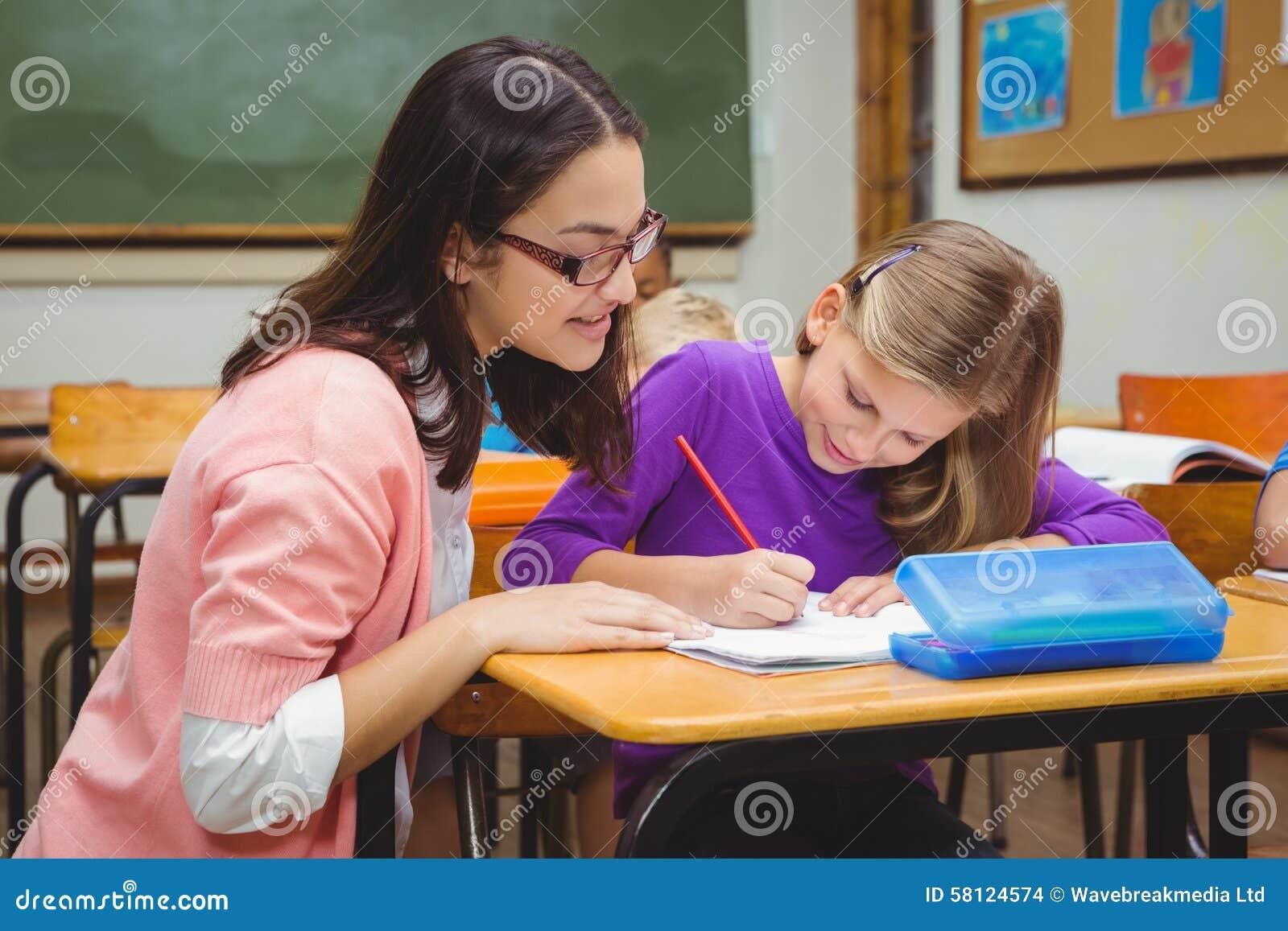 帮助她的学生的愉快的老师