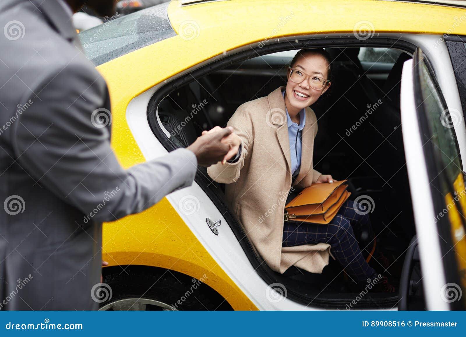 帮助少妇事假出租汽车的绅士
