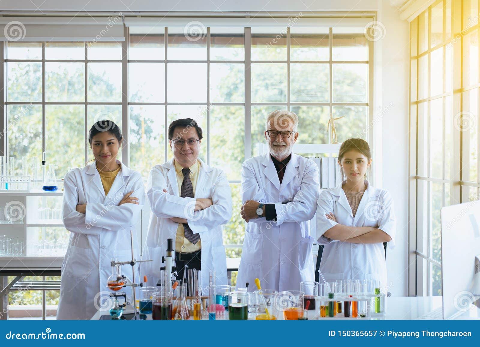 常设科学家和发怒胳膊,小组变化在实验室,成功和reserch工作的人配合