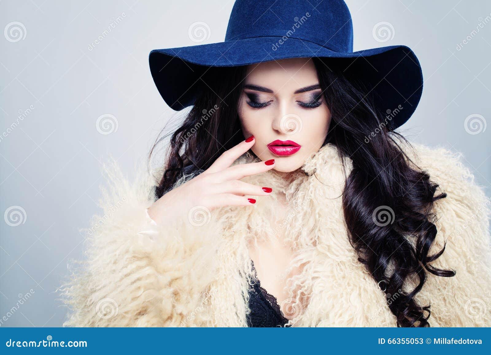 帽子的迷人的时装模特儿妇女