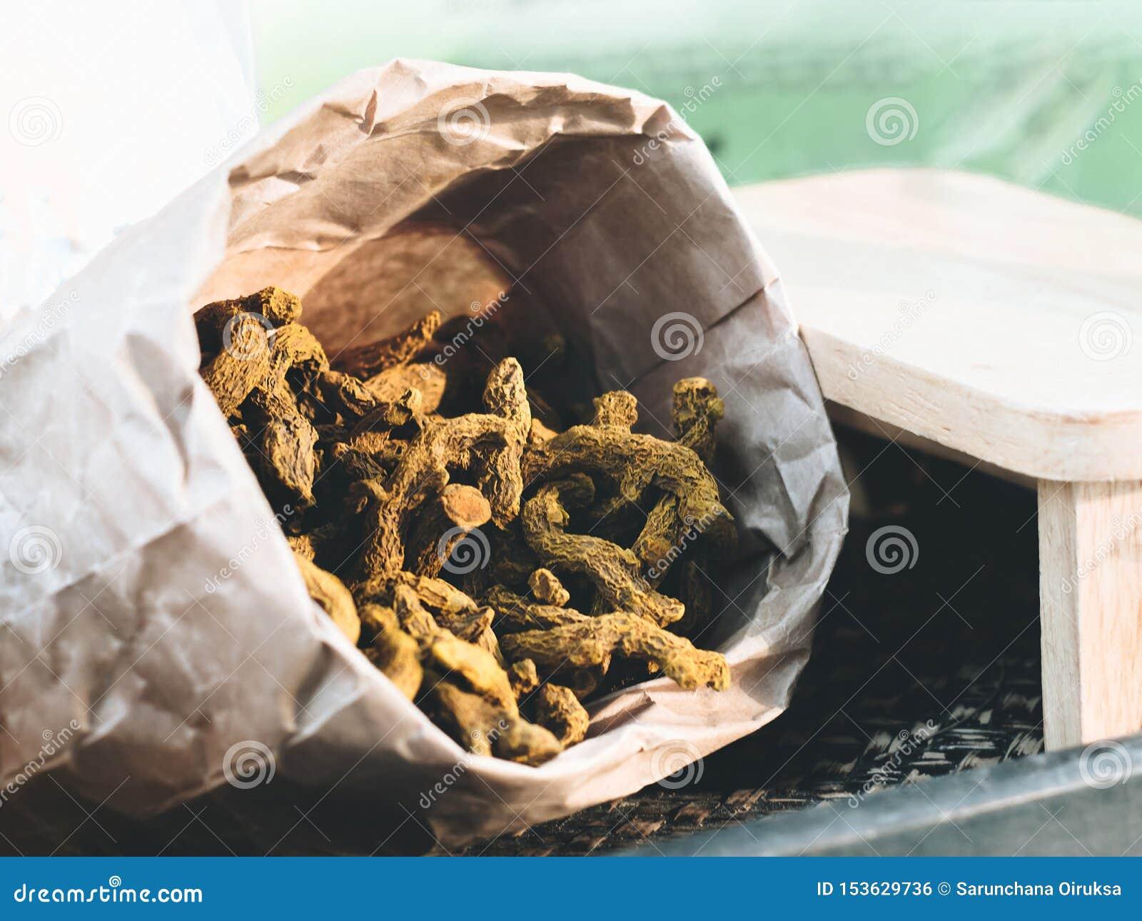 干姜黄姜黄素在葡萄酒纸袋被包装 边有一张小木桌 r